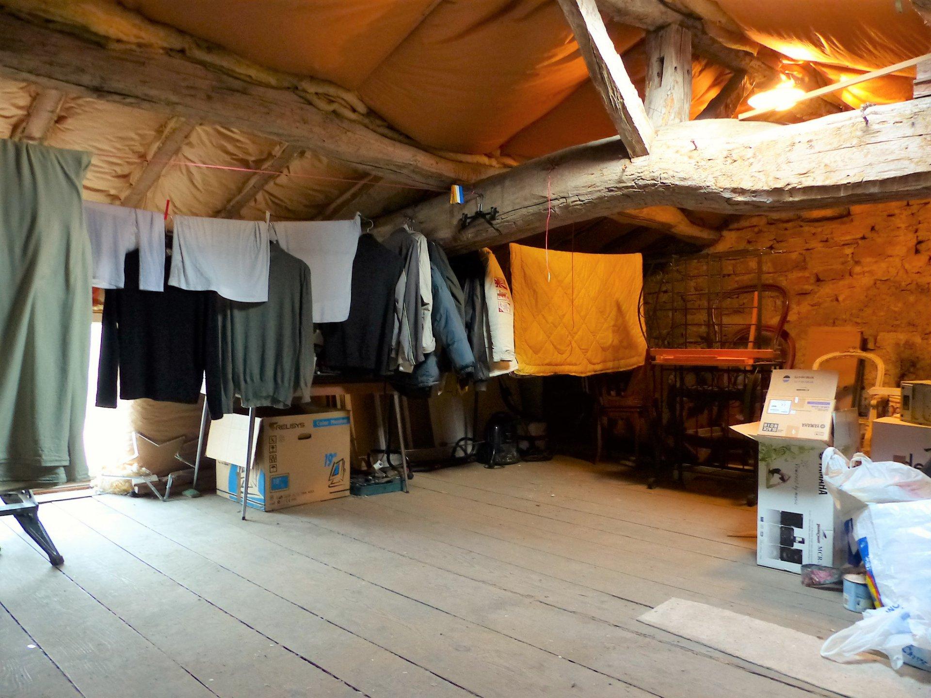 Belle opportunité à saisir, à 15 mn de Mâcon, au sein du joli village de Verzé, idéal pour 1er achat ou investissement! Maison de village rénovée en 2005, d'une surface d'environ 90 m² habitable, composée d'une pièce de vie avec cuisine équipée en rez de chaussée, salle de bain ainsi que de deux chambres ( 11 et 19 m² ) à l'étage avec wc et point d'eau.  Le plus: un grenier aménageable d'environ 40 m², avec une fenêtre double vitrage déjà posée et un velux (possibilité d'aménagement). Très bon rapport qualité / prix, avec le potentiel en plus ! Honoraires à charge vendeurs.