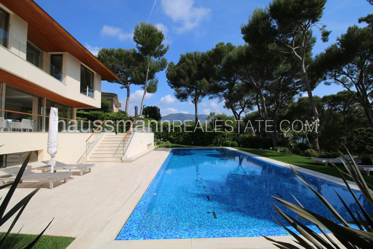 Sea view contemporary villa with swimming-pool
