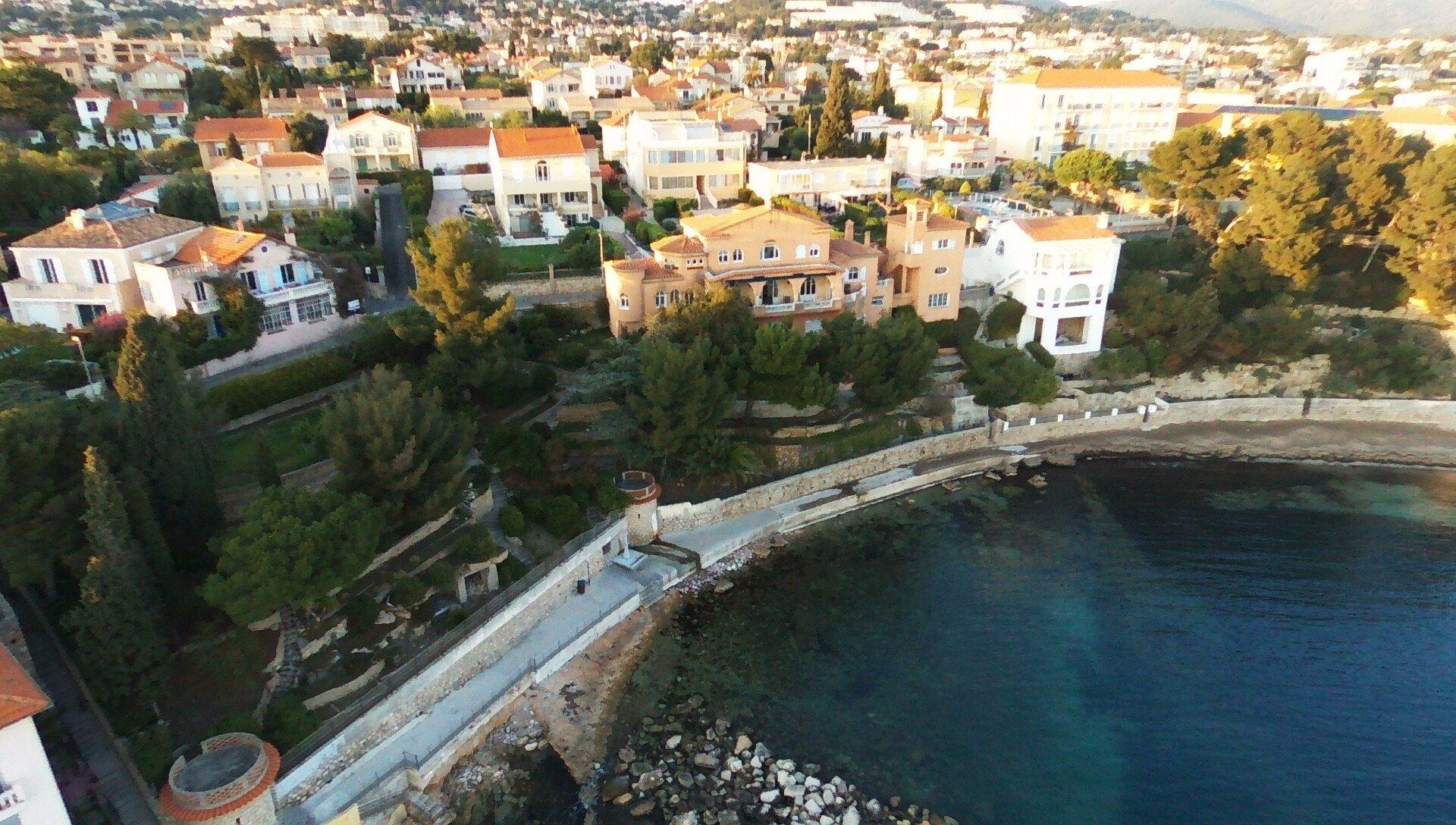 Charmante et authentique VILLA des années 30 totalisant 445 m² habitables, située sur la plage.
