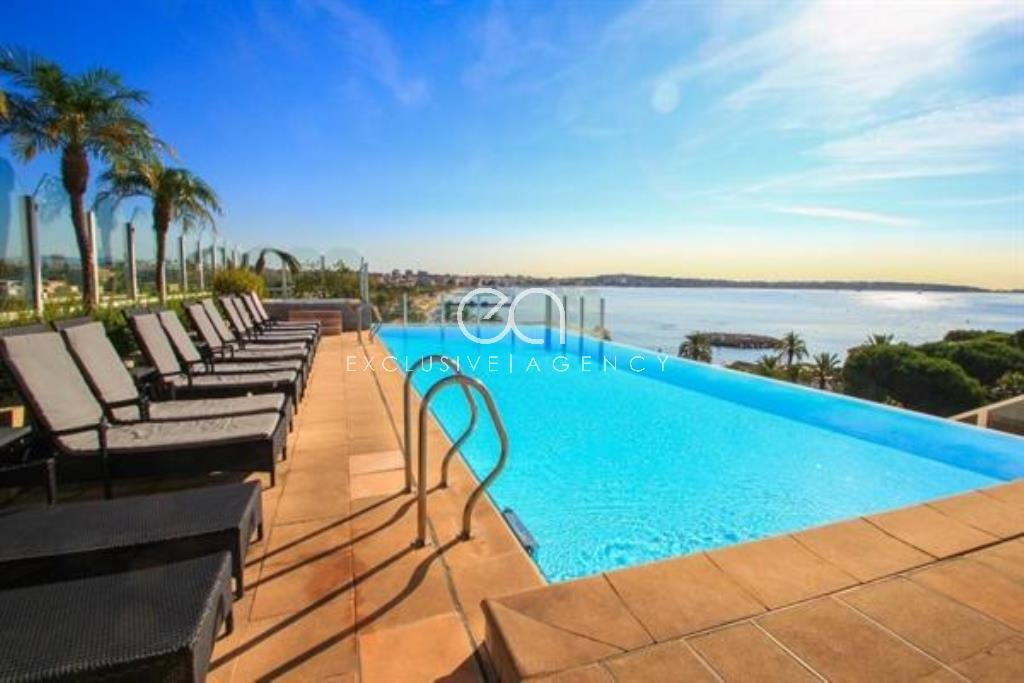Le Golfe Juan for sale 3-bedroom apartment 100sqm with terrace and sea view.