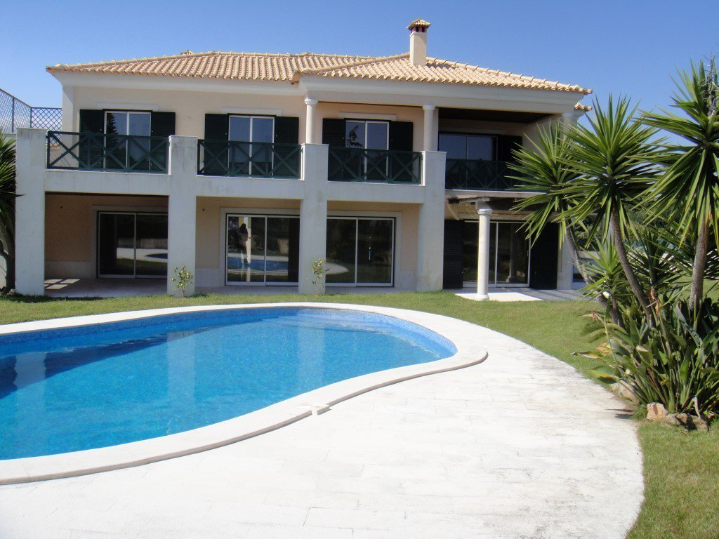 "Villa of 532 m² with swimming pool located in residential areas of ""Quinta de beloura"""