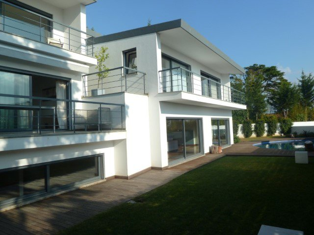 Villa in Cascais of 251 m² with contemporary architecture with swimming pool