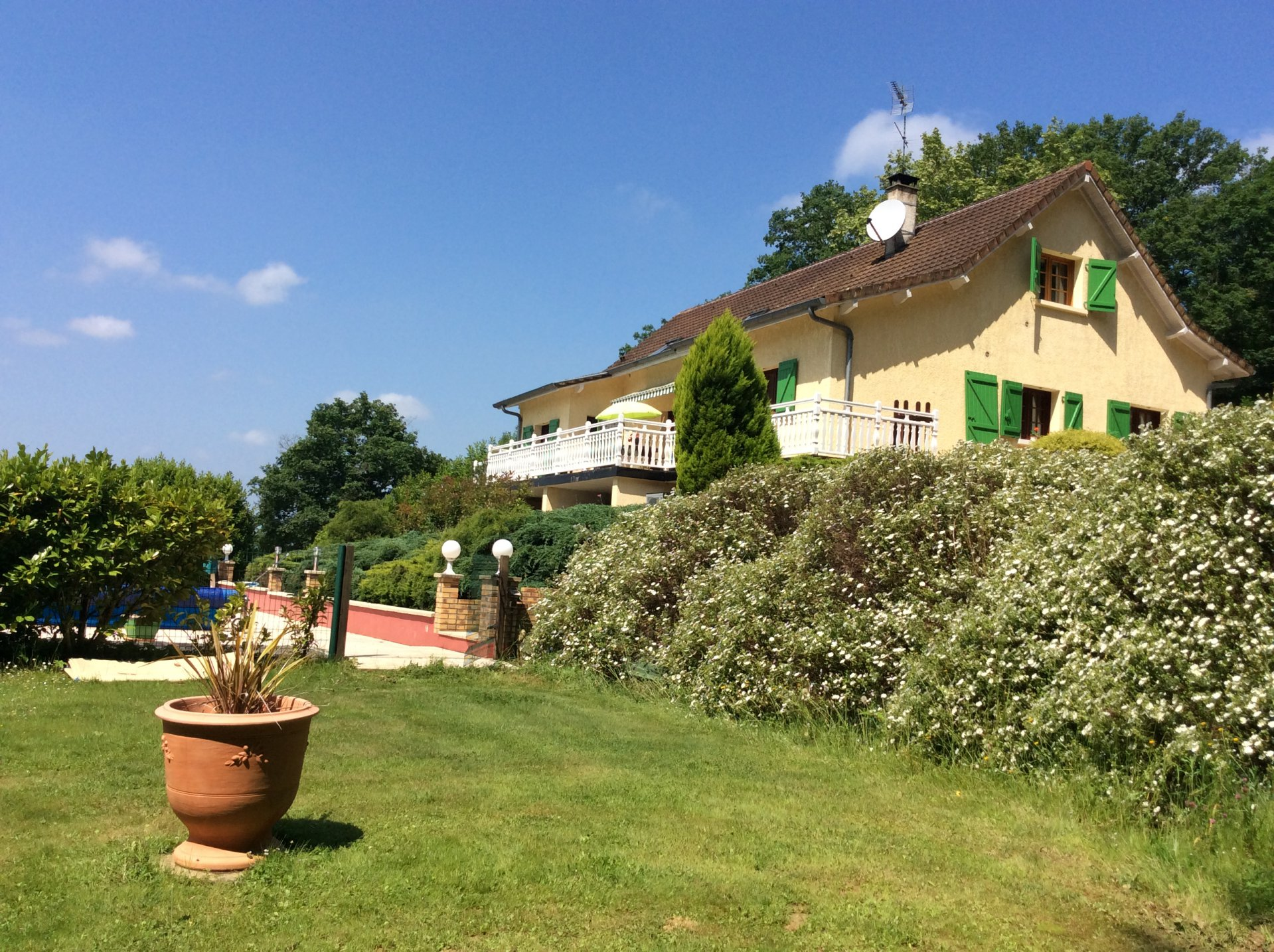 Proche Sauveterre-de-Béarn - A beautiful villa with independent gîte and view of the Pyrenees