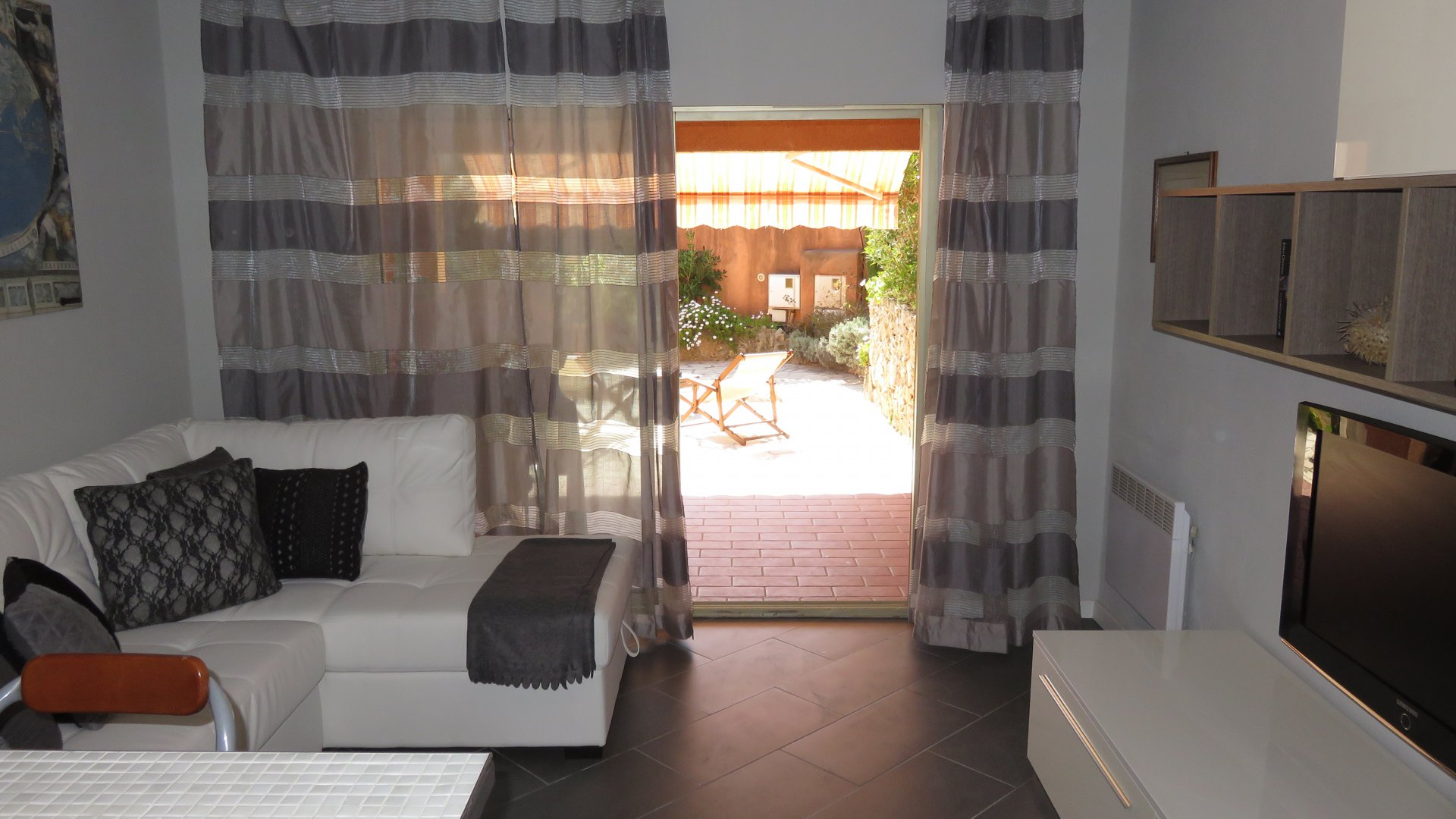 Renovated 2 bedroom apartment close to the beach