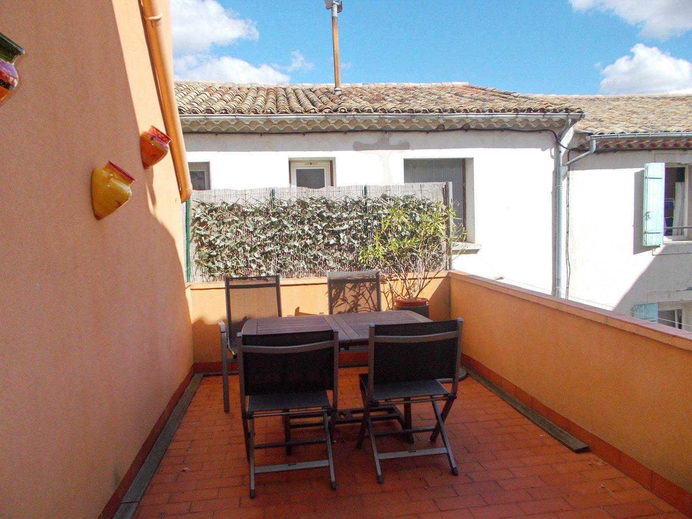 Byhus med garage, terrass och uthyrningslägenheter