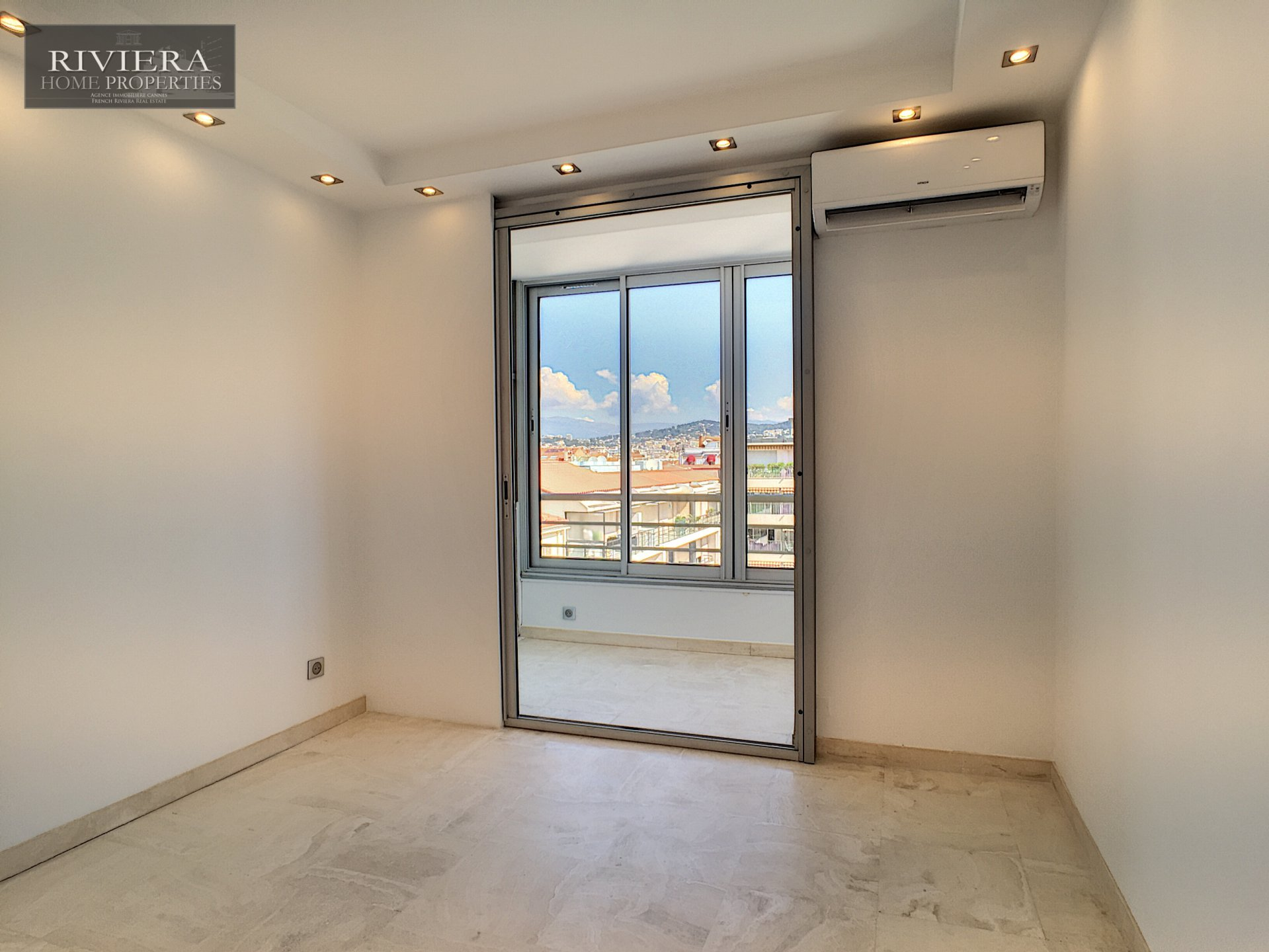 Cannes Croisette, 2 bedrooms apartment renovated.