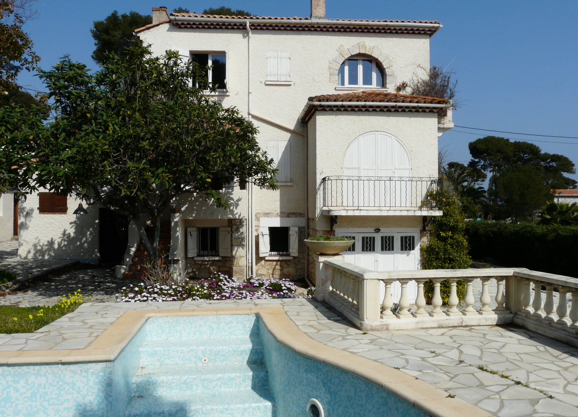 COMFORTABLE VILLA FOR A FAMILLY AT 25 METERS FROM THE SEA