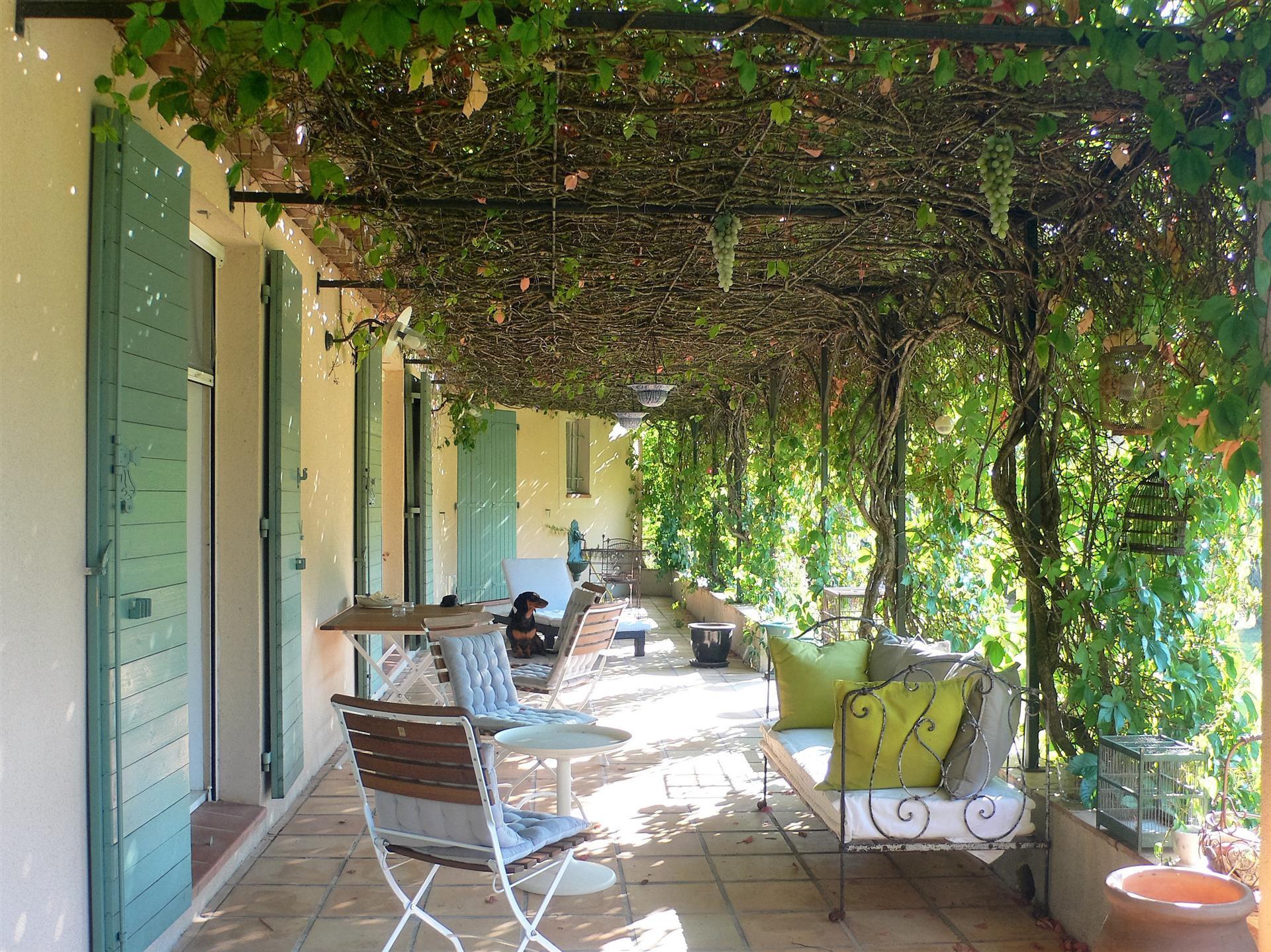 COTIGNAC belle villa de plain pied avec piscine et studio independant