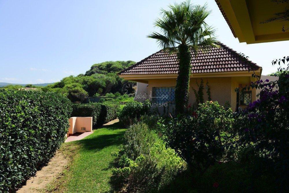 S+1 de 82 m2 meublé équipé situé en bord de mer d'une très belle résidence avec jardin piscine terrasse