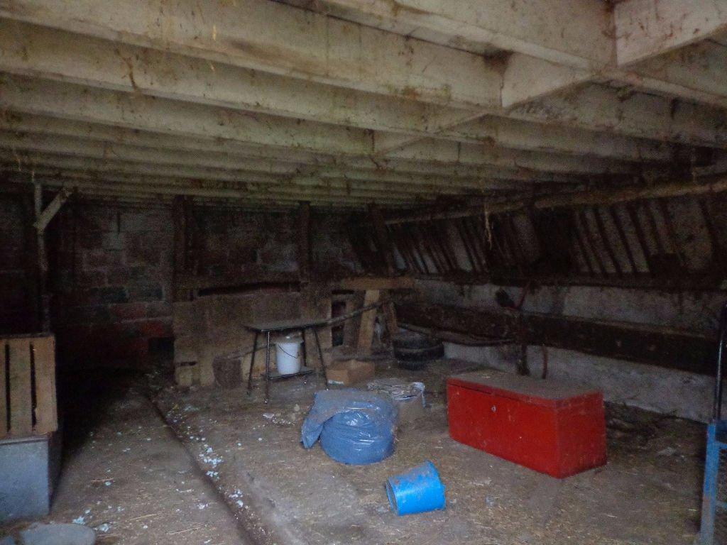 10 MIN CHARLIEU Maison à rénover sur 2.5 hect env de terrain
