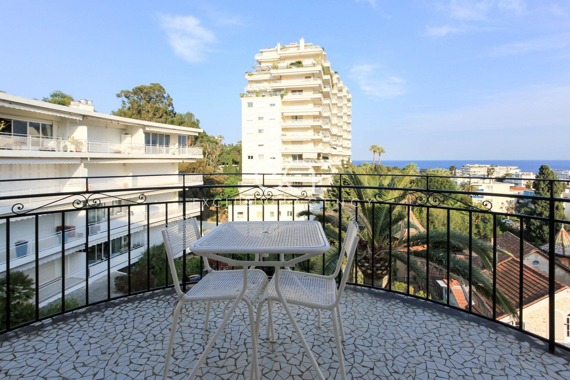 Furnished long term rental in Cannes Basse Californie 2 bedroom apartment of 100m ² with a panoramic sea view.