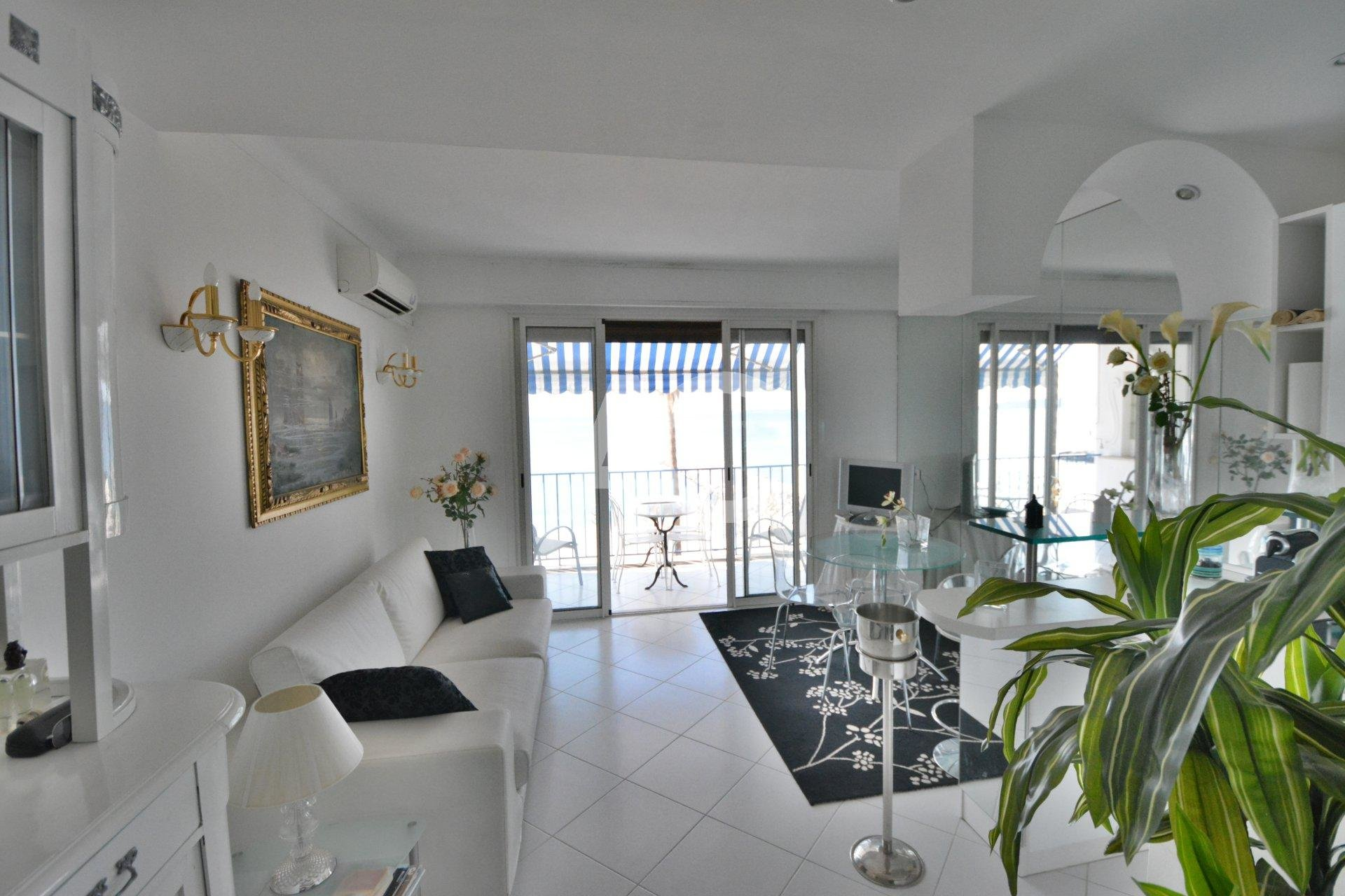 JUAN LES PINS - 1 BEDROOM APARTMENT - SEAFRONT