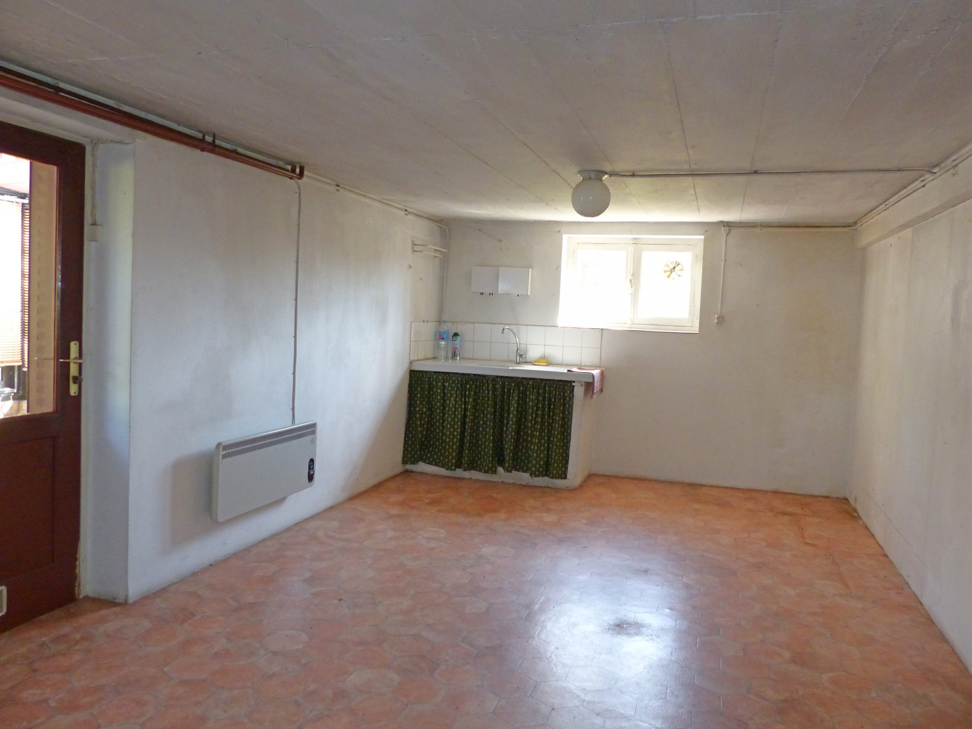 SOUS COMPROMIS DE VENTE - Située dans un quartier résidentiel de Mâcon/Flacé, cette maison saura vous séduire par son joli potentiel. L'étage se compose d'une lumineuse pièce de vie, cuisine indépendante, un dégagement qui dessert deux chambres, un grand bureau ( 8 m²), une salle de bains et wc. De plain pied, vous trouverez une buanderie, une spacieuse cuisine d'été avec sa véranda, un garage ainsi qu'une cave. Les menuiseries ainsi que la chaudière sont récentes. Rafraîchissements à prévoir. Le tout est implanté sur un joli terrain clos et arboré de 600 m².