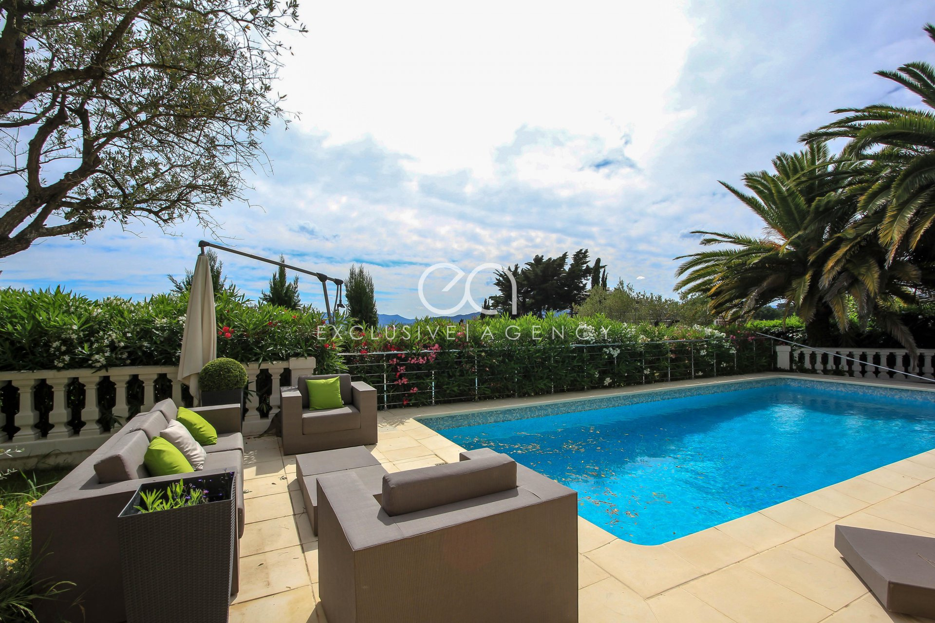 Holiday rentals Hight of Cannes villa 4-bedroom with swimming pool and sea view.