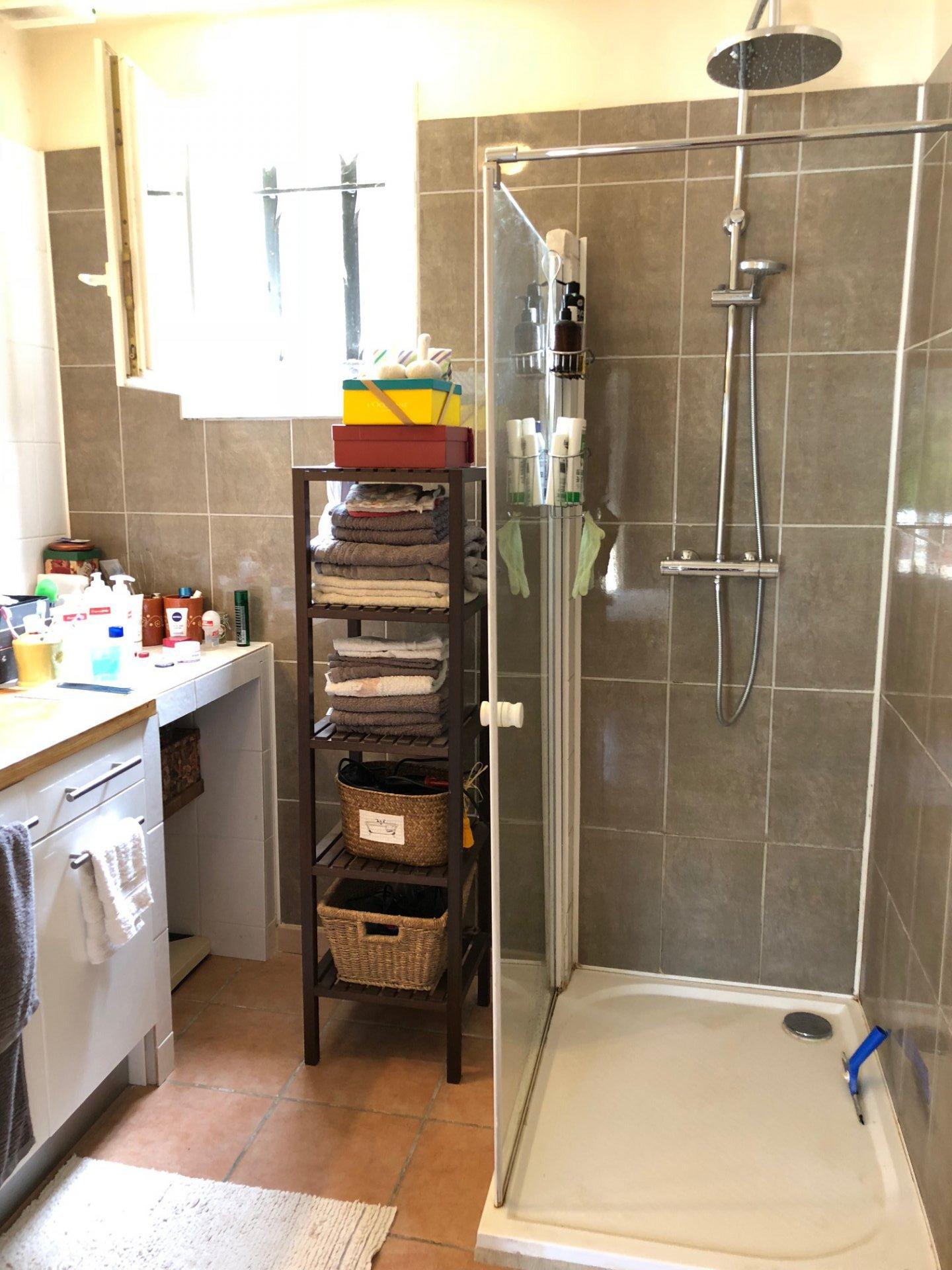 salle de douche de la chambre parentale au RDC