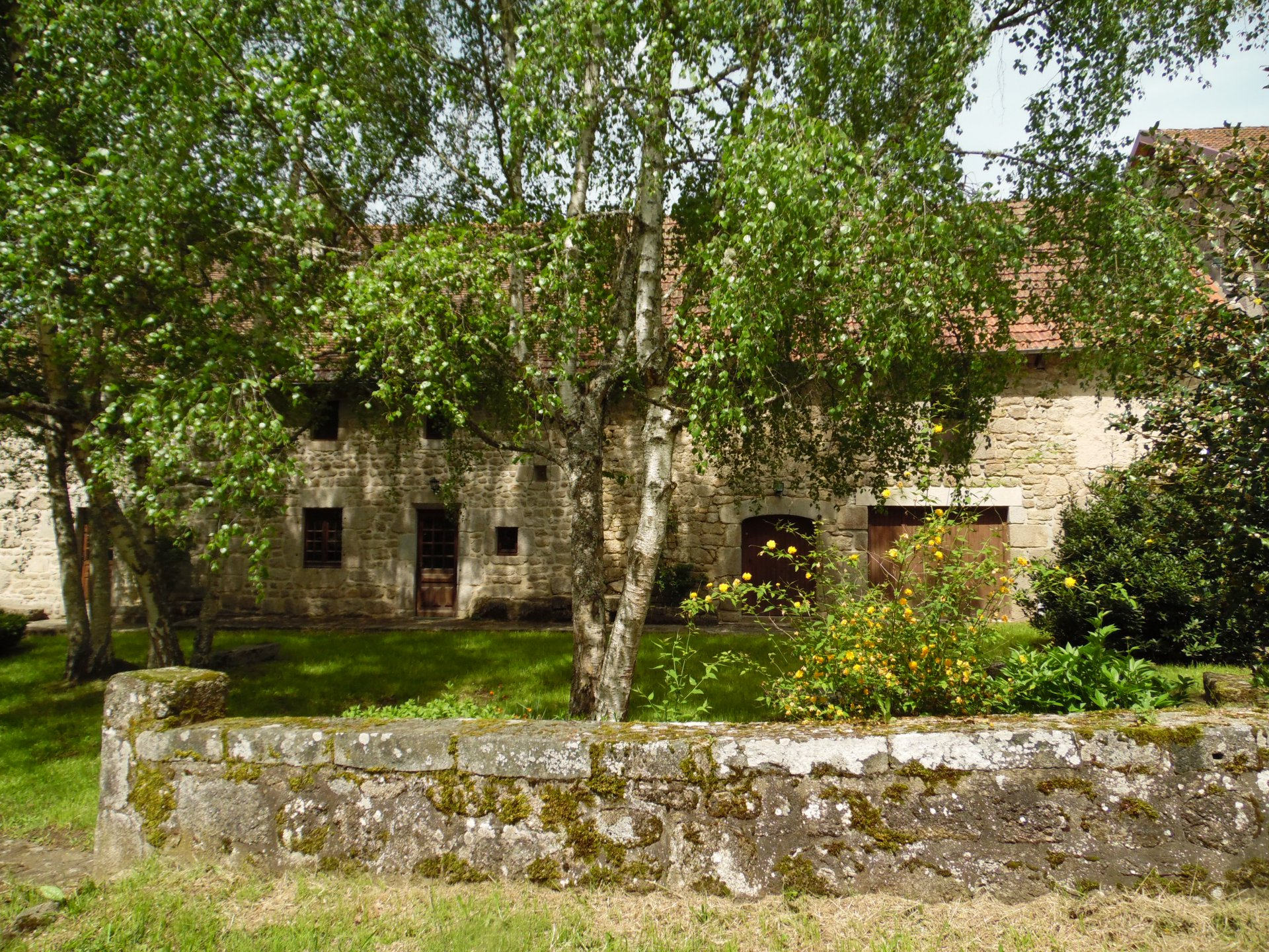Te koop, prachtig natuurstenen huis met garage, schuur en terrein.