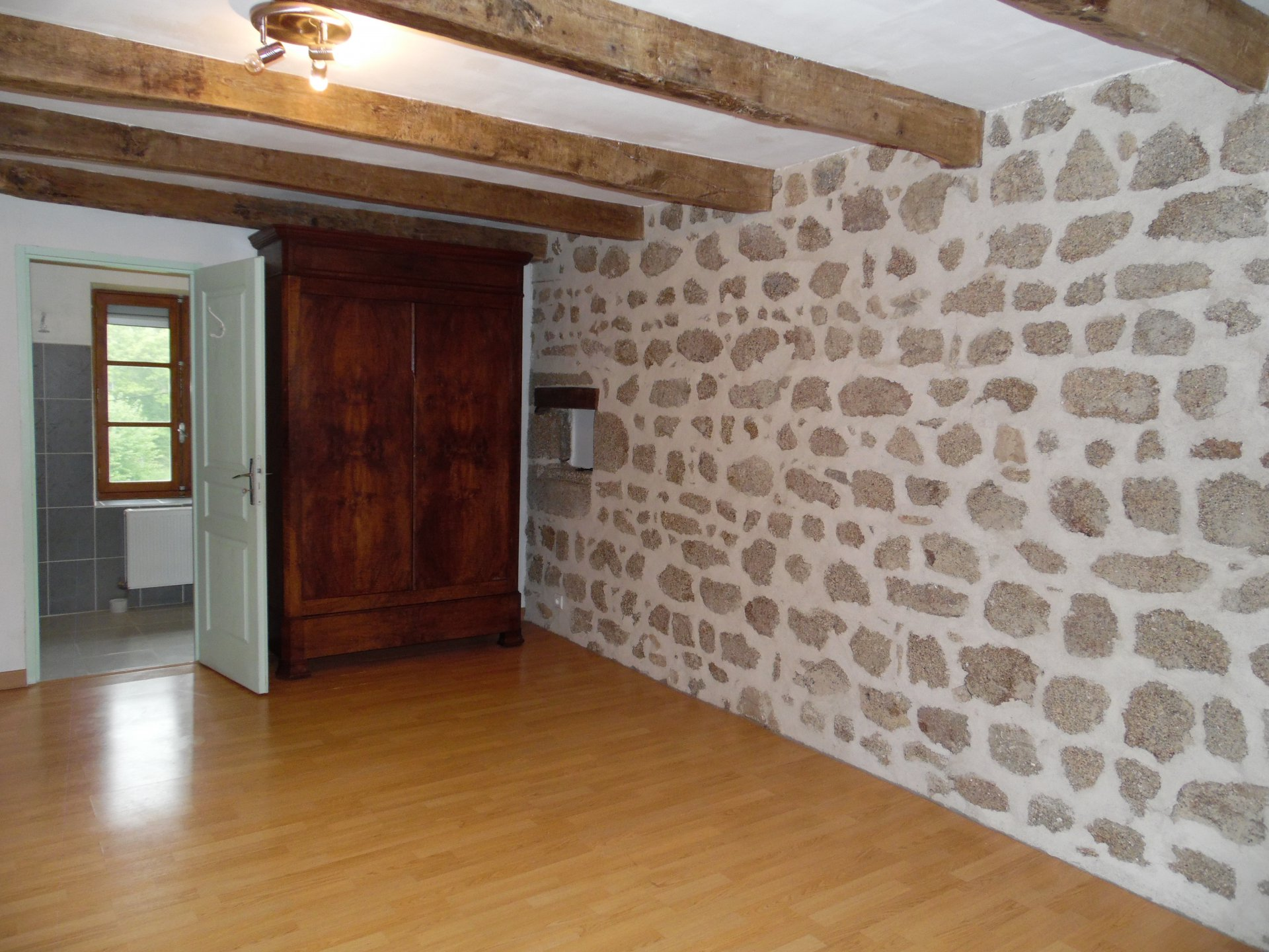 Te koop nabij Crocq, natuurstenen huis met garage en schuur.