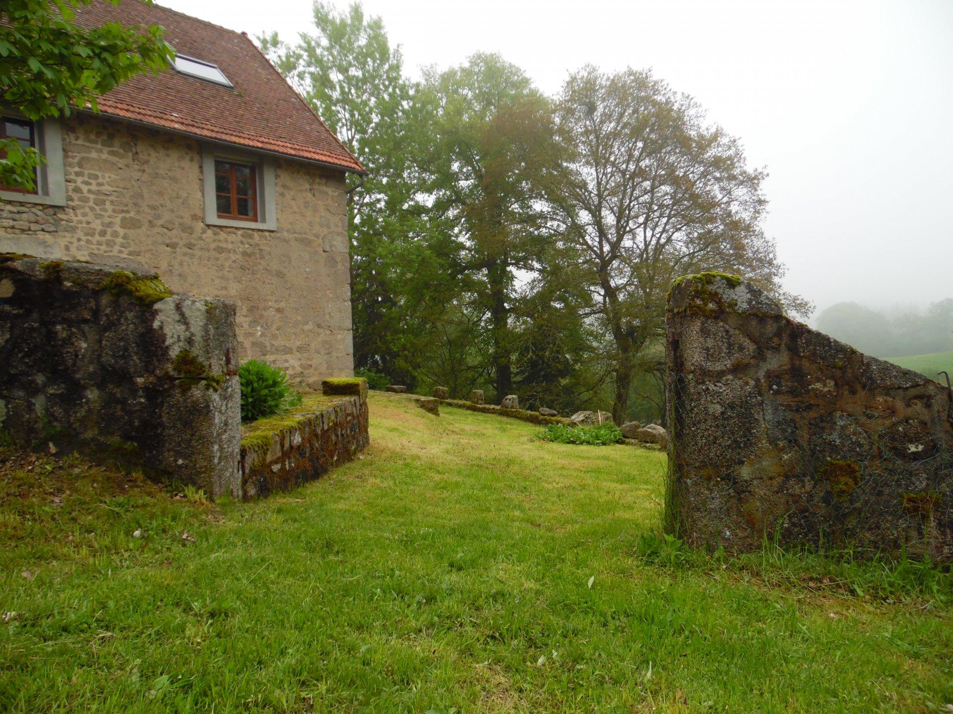 A vendre, belle maison en pierre avec garage, grange et terrain.