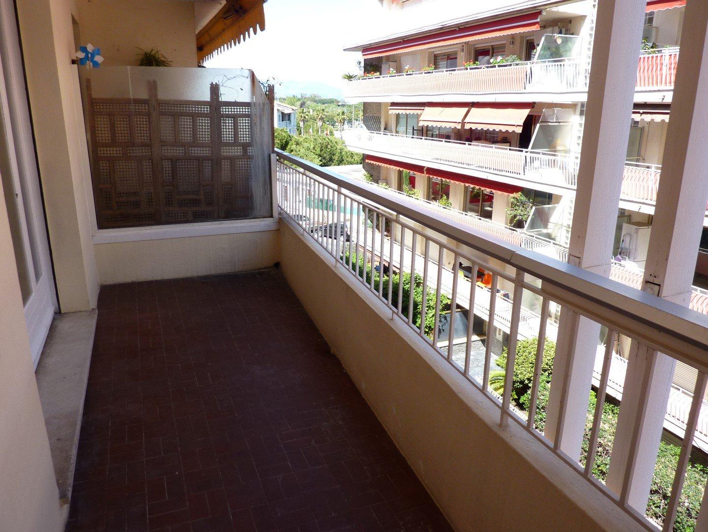 Centre ville d'Antibes, studio avec terrasse