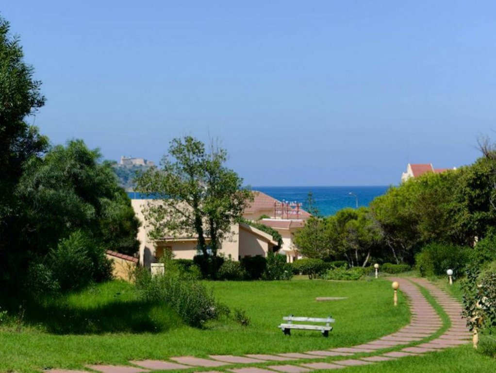 Villa with sea view S 2 more located in front of the sea of a very nice residence with swimming pool
