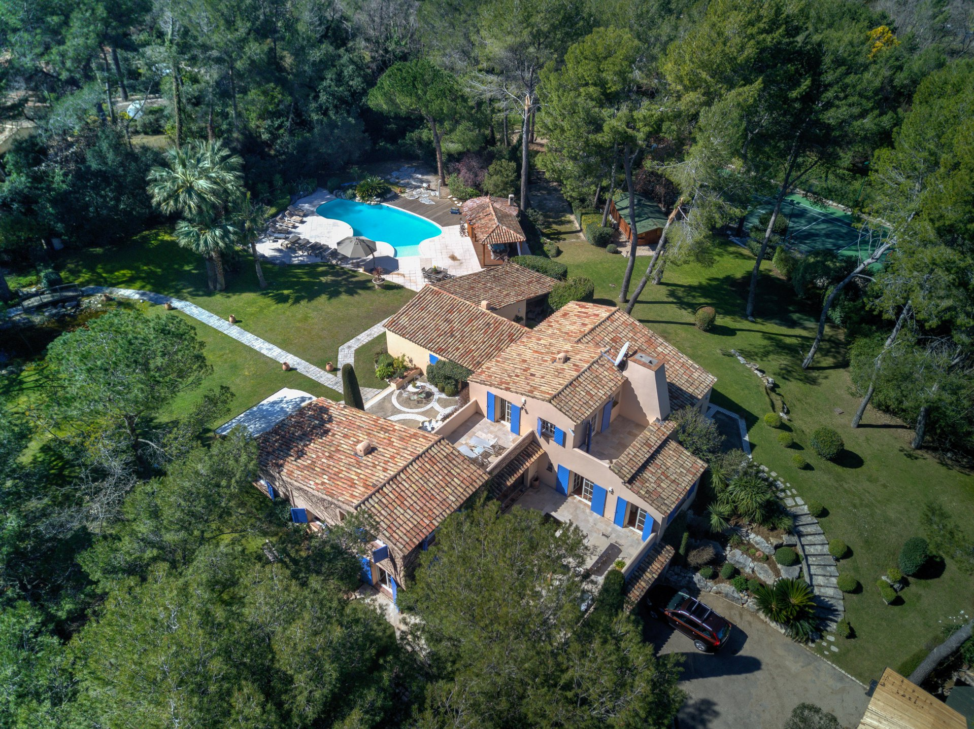 VALBONNE: Country Estate - private tennis court - gated domain