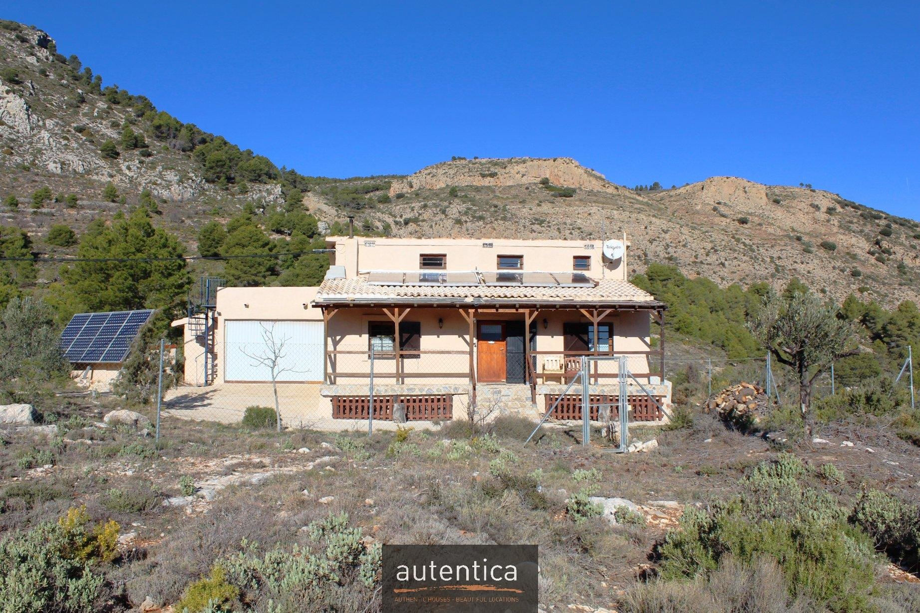 Tres casas dominando el Valle
