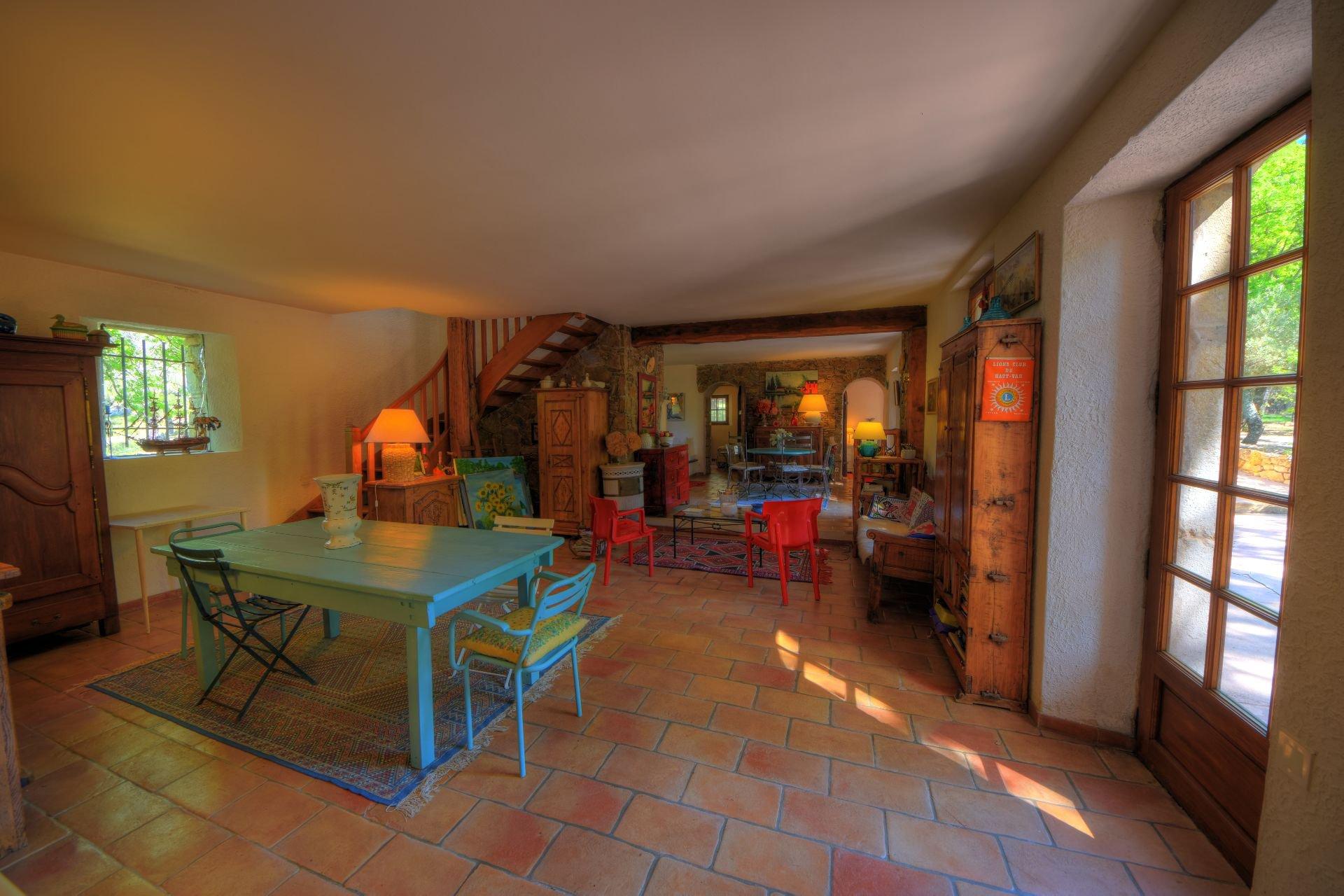 Salle à manger de la bergerie rénovée Tourtour, Var, Provence