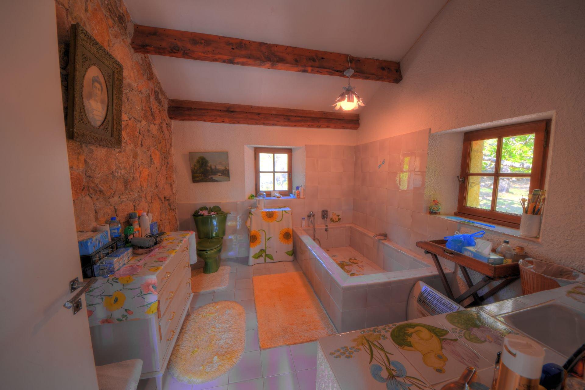 Salle de bains au 1er étage de la bergerie rénovée Tourtour, Var, Provence