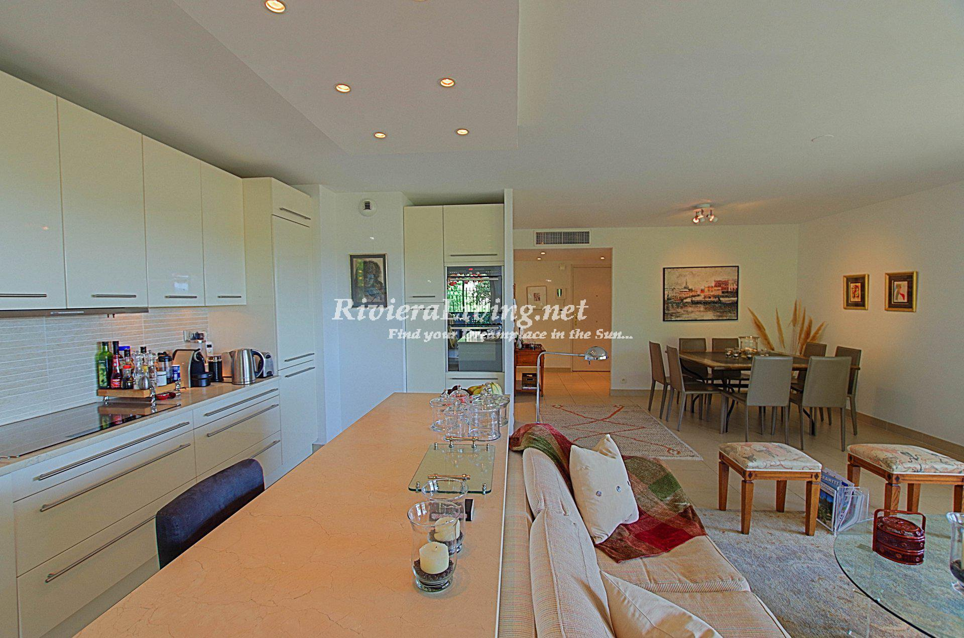 MANDELIEU-LA-NAPOULE --- Beautiful 3 bedroom apartment in a luxury residence. Large sunny terrace and wonderful sea view. Pool with children pool, caretaker and security at the entrance, tennis and gy