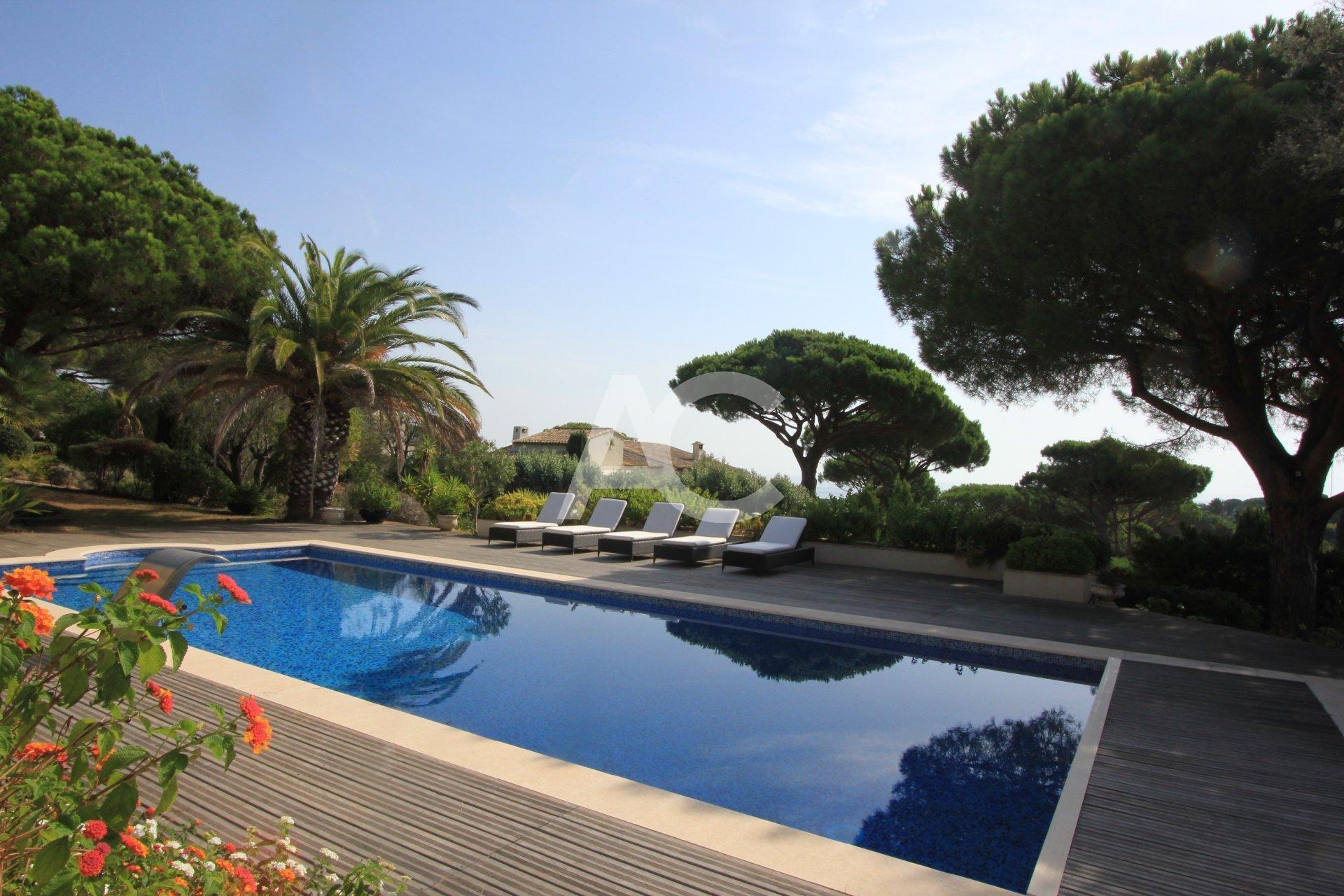 Вилла с видом на море и бассейном рядом с легендарным Клубом 55