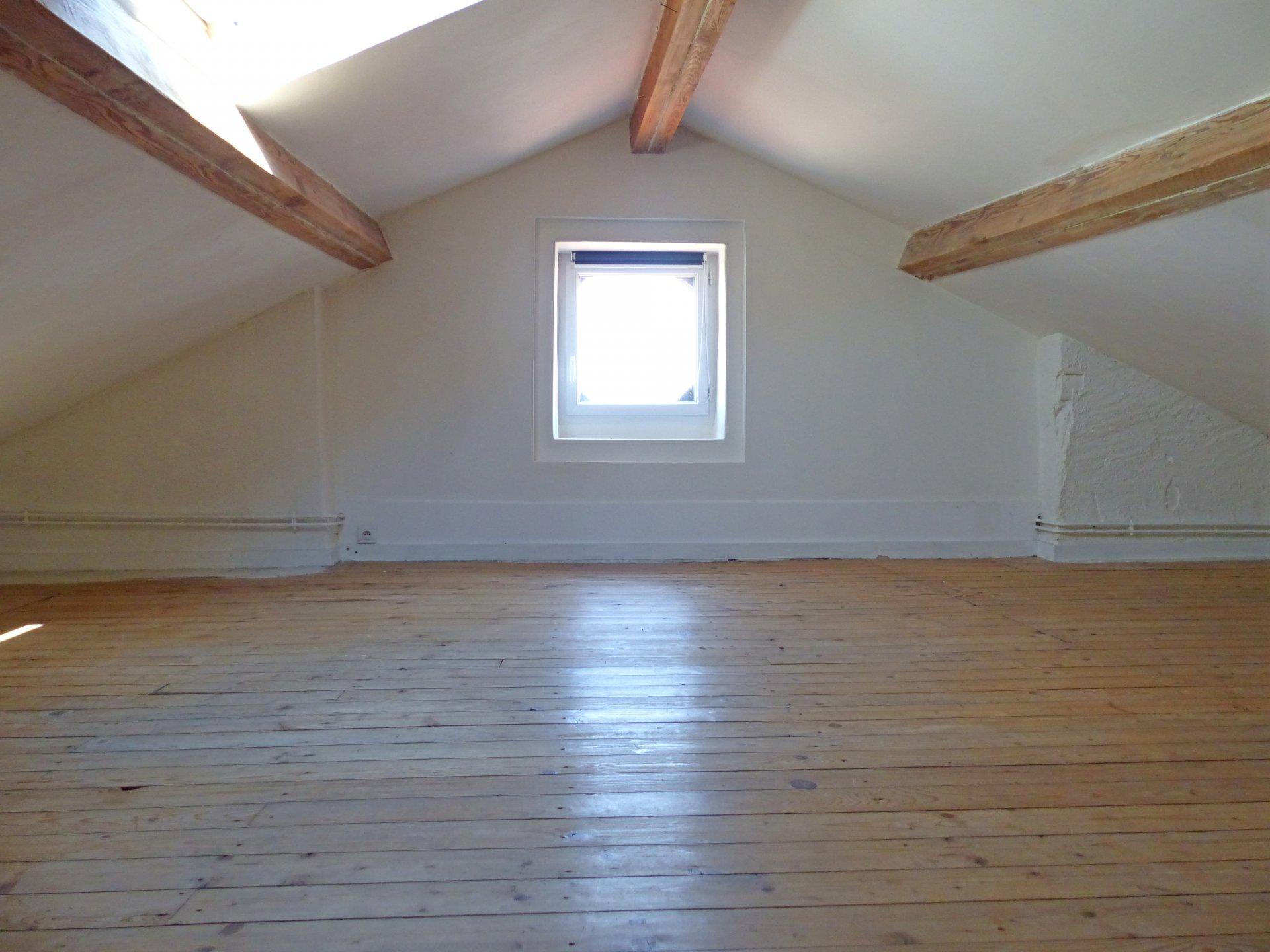 Idéal pour une grande famille, dans un quartier tout proche du centre ville, à proximité de la gare, venez découvrir ce très bel appartement rénové offrant une surface au sol de 217 m² (170 m² Carrez). Situé au dernier étage d'un immeuble de standing, il dispose d'une agréable et lumineuse pièce de vie avec cuisine équipée, trois grandes chambres, deux salles de bains dont une avec sauna, toilette, spacieuse mezzanine de 60 m². Ce bien est vendu avec un garage ainsi qu'une cave. Il est également doté d'une pièce annexe sur le même pallier de 20 m². Très faibles charges de copropriétés (618 euros /an - 7 lots principaux), prestations de qualités. A visiter sans tarder. Honoraires à la charge des vendeurs.