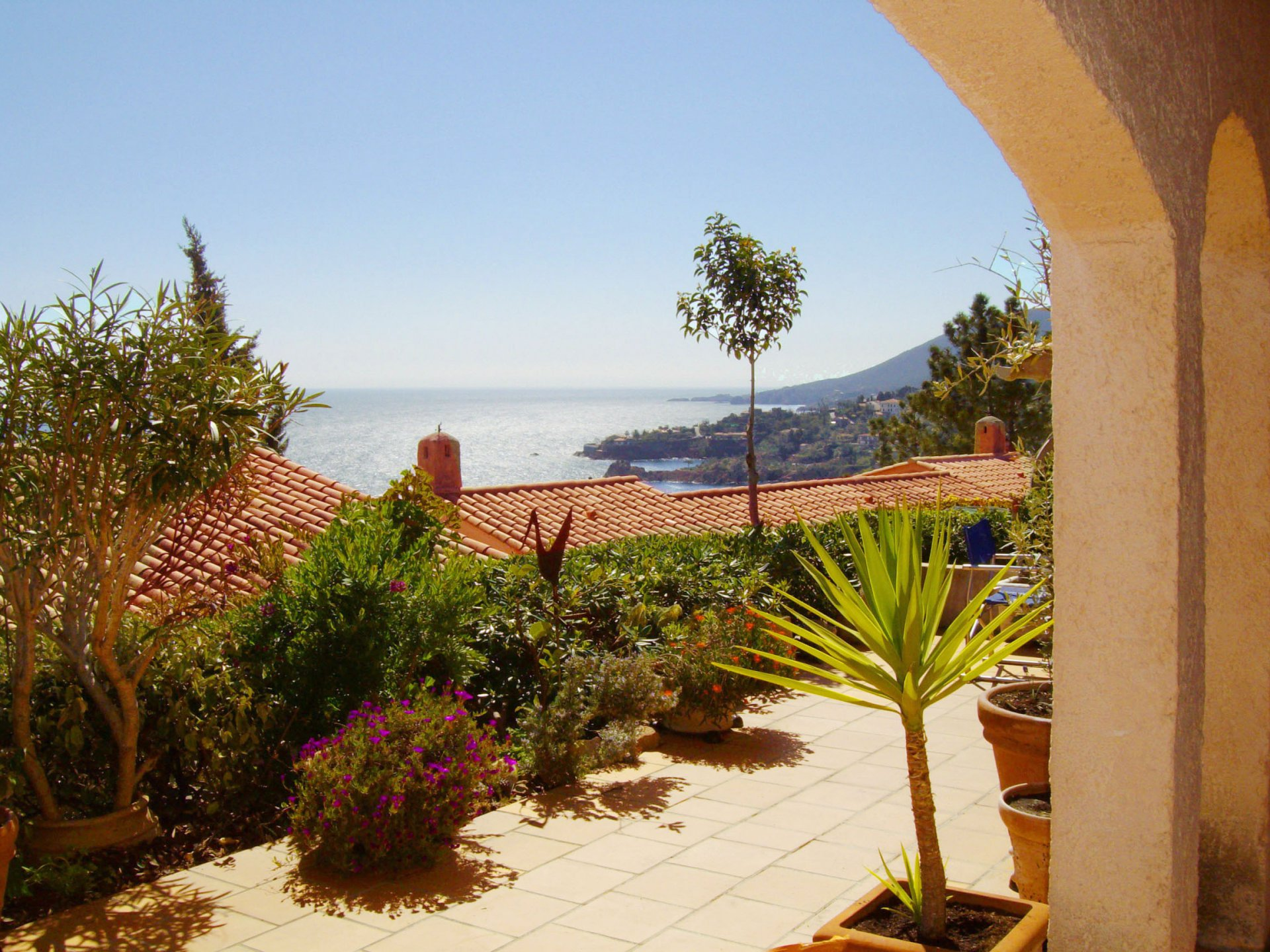 spacious 2 bed rooms (4 sleeps) very large terrace with fine sea view * MMV 25 *