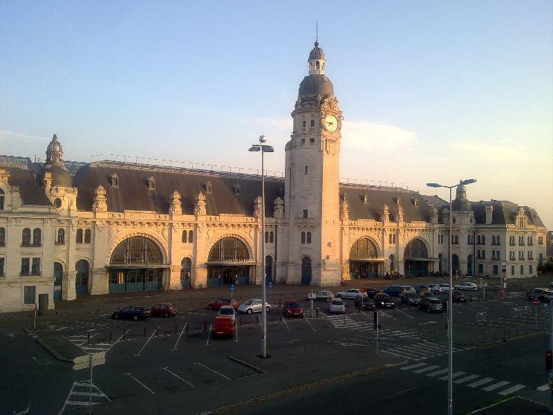 Face à la Gare de La Rochelle avec local vélo