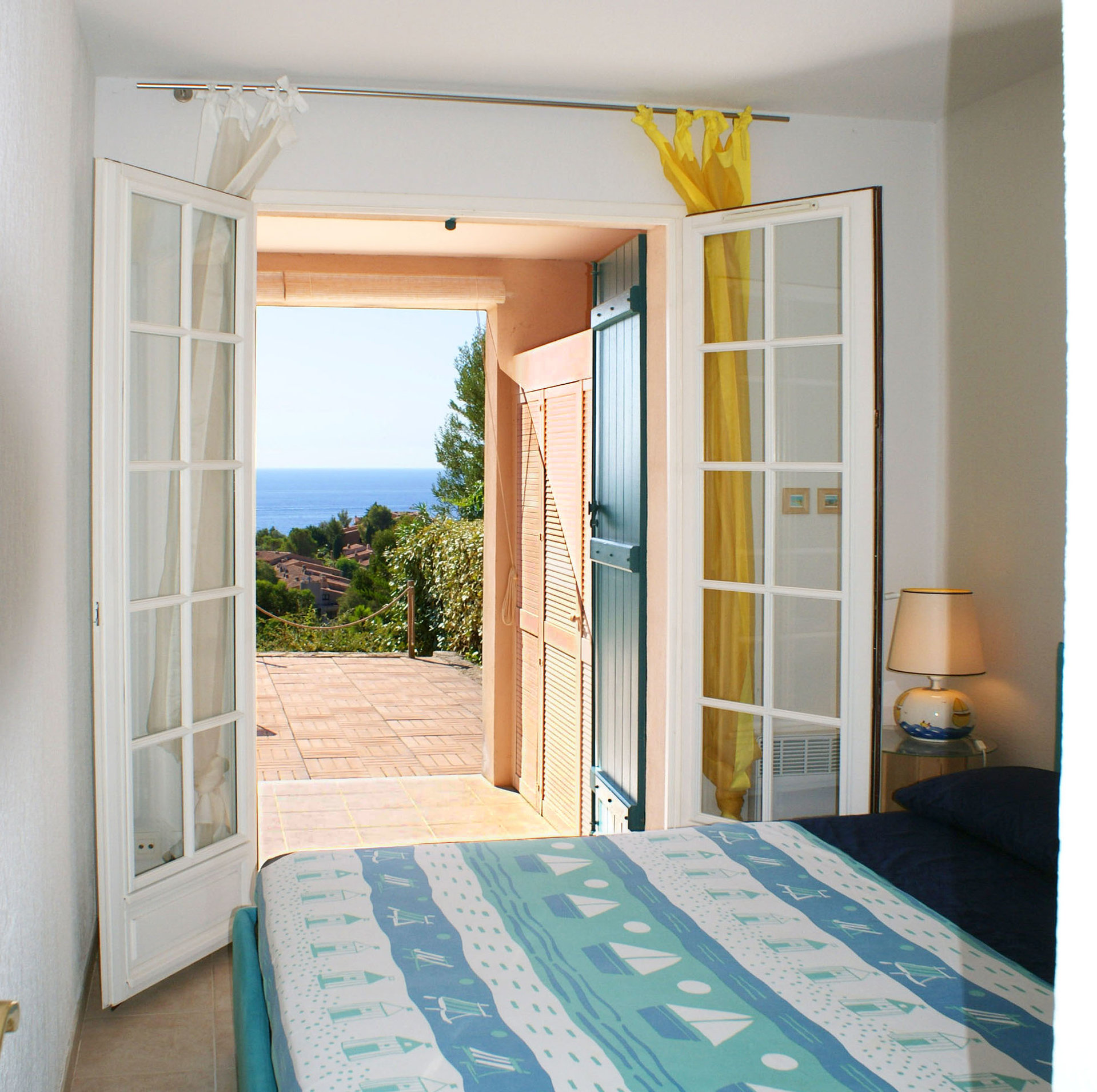 living room,  bed room (4 persons) kitchenette terrasse sea view  * RO 38 *