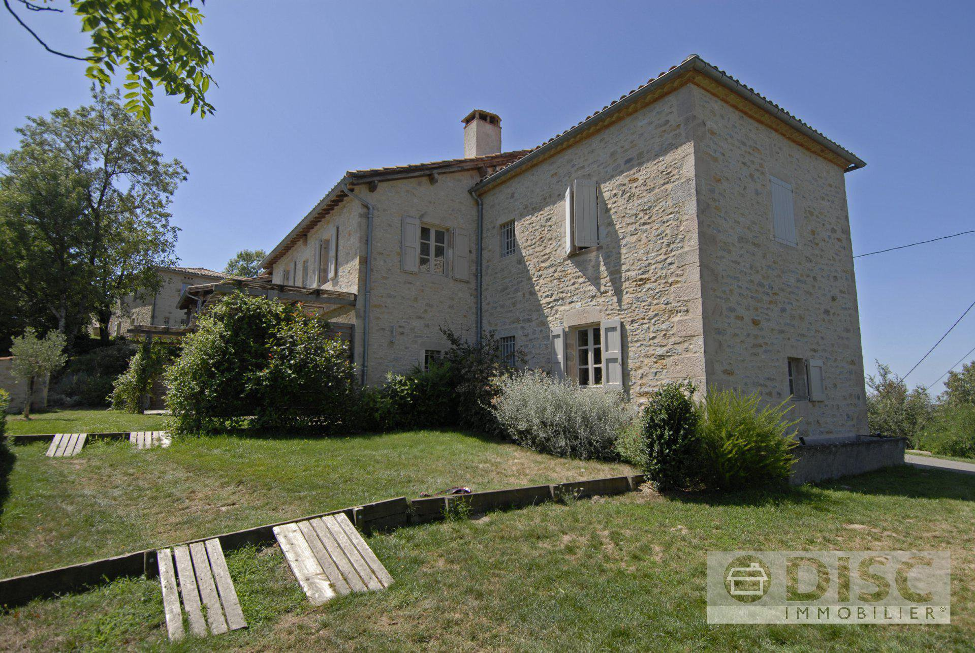 Completely-renovated hamlet with 85 ha (200 acres) of land