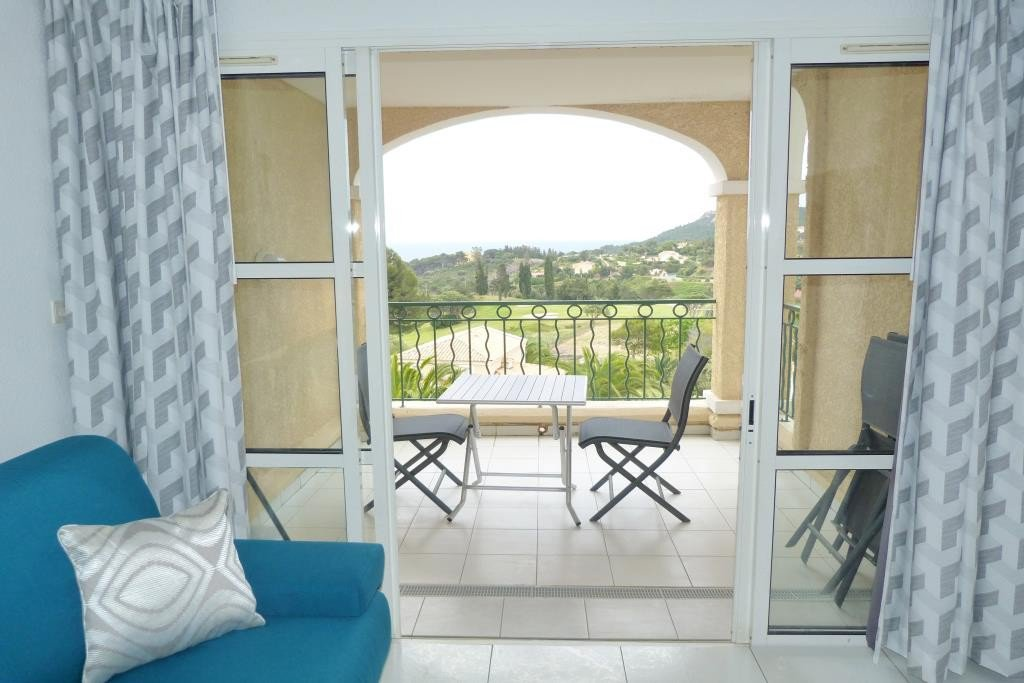 Agay Cap Esterel, C5 district: beautiful studio cabin equipped for 3 people. 90cm cabin bed, living ...