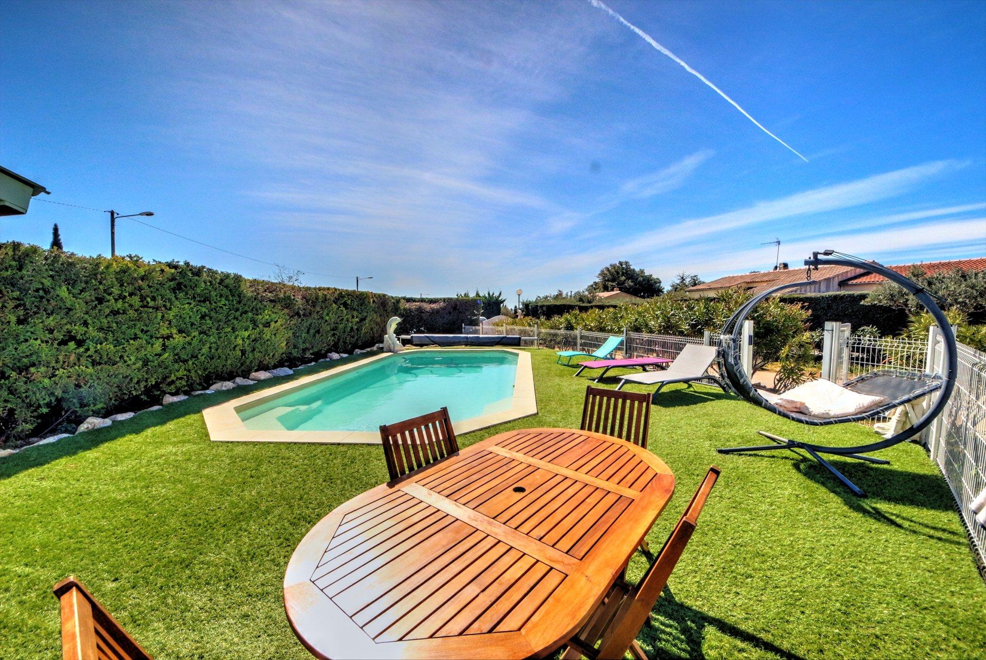Espace piscine avec terrasse ensoleillée