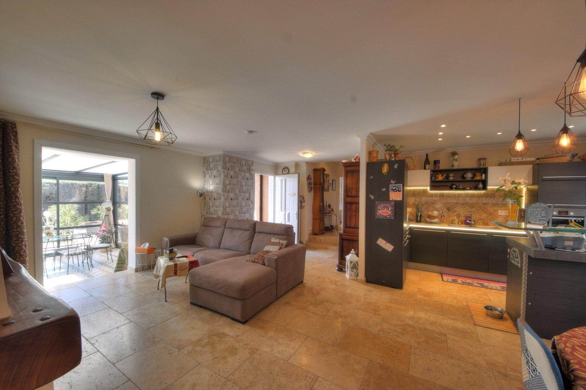 Grand séjour ouvert et lumineux avec veranda et acces terrasse et piscine