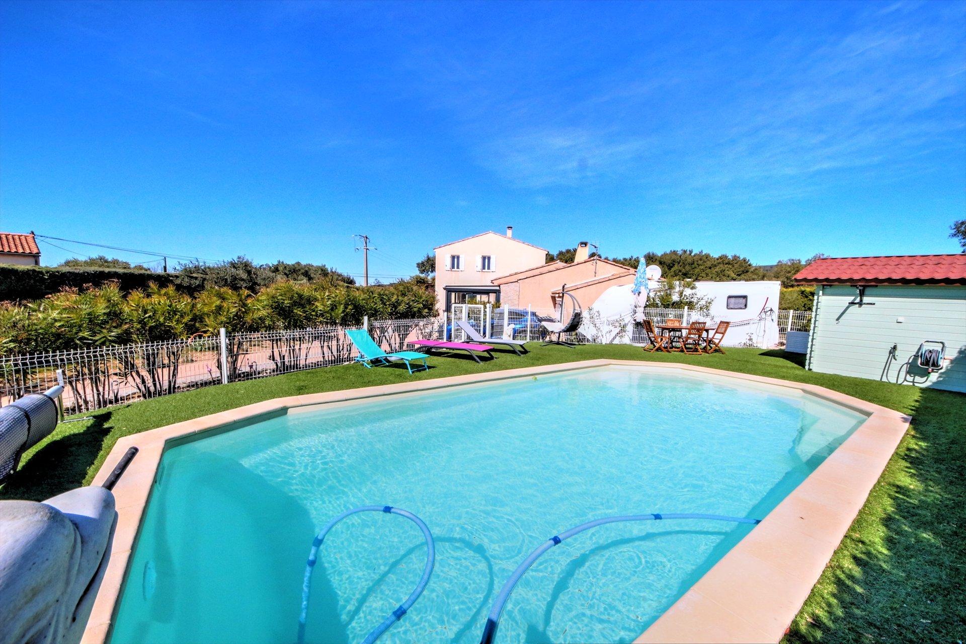 Belle piscine avec verdure campagne sur terrain avec 2 maisons indépendantes