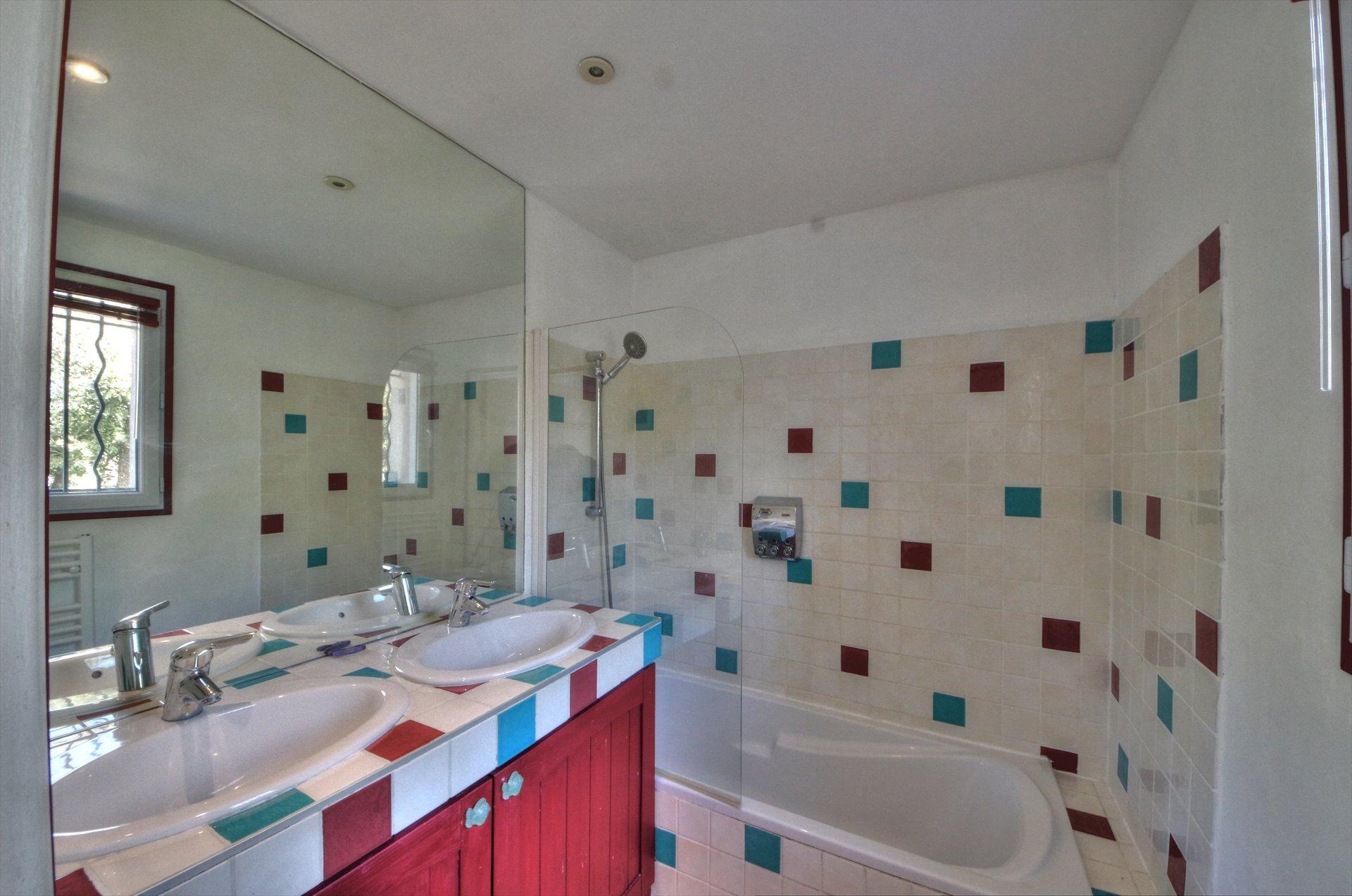 Salle de bain de l'étage - maison lumineuse et proche du village