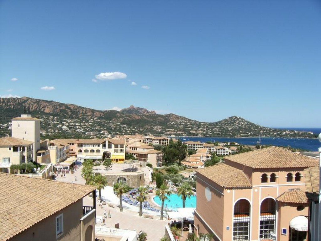 SAINT RAPHAEL village vacances Cap Esterel: rue pietonne local commercial