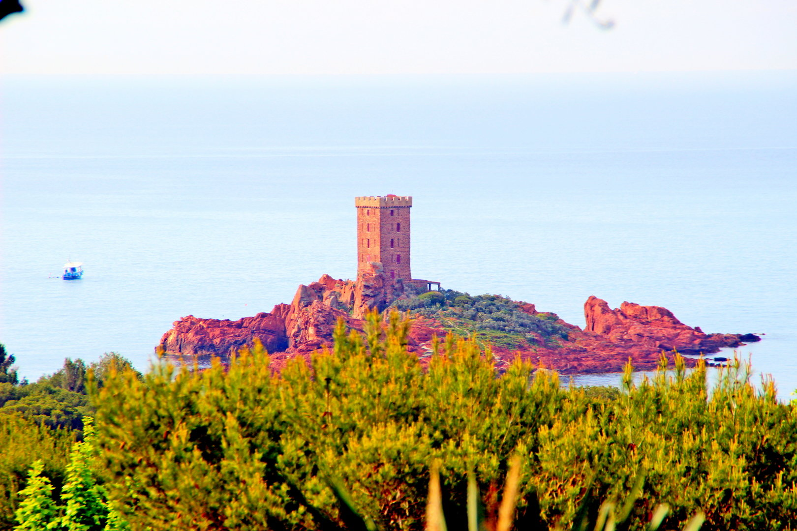Purchase Agay Cap Esterel: in a quiet and dominant area of the village, beautiful 1 bedrooms apartment with covered terrace