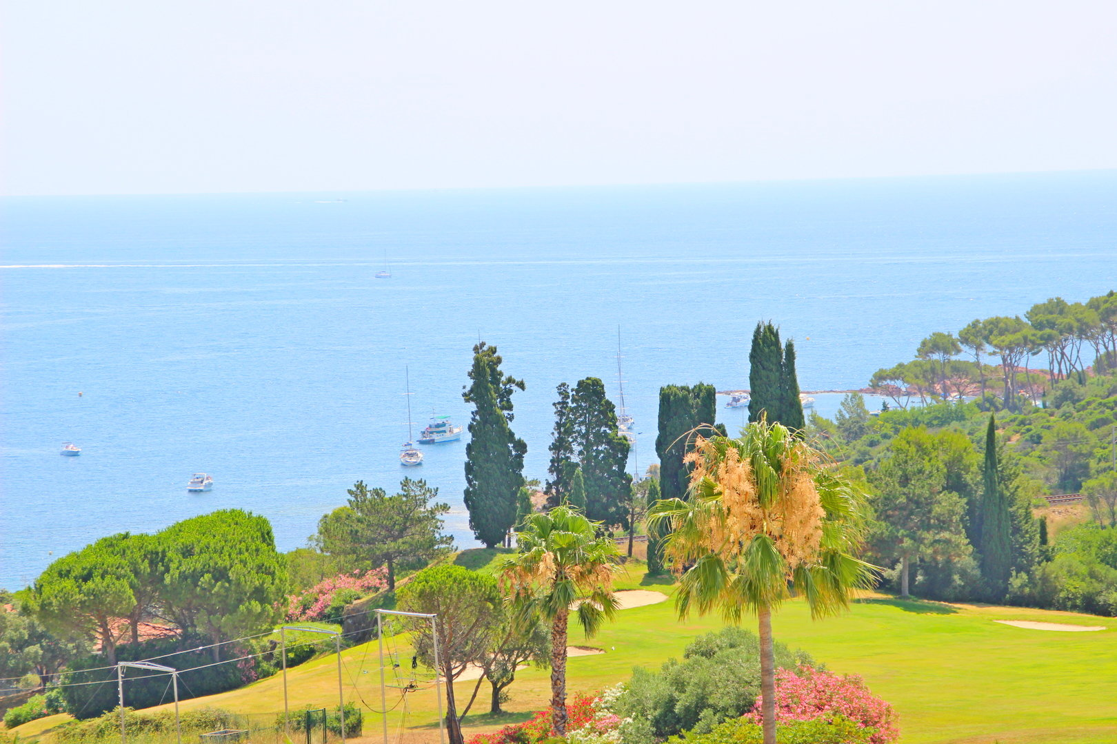 Achat Agay Cap Esterel: dans quartier calme et dominant du village, beau deux pièces avec terrasse couverte