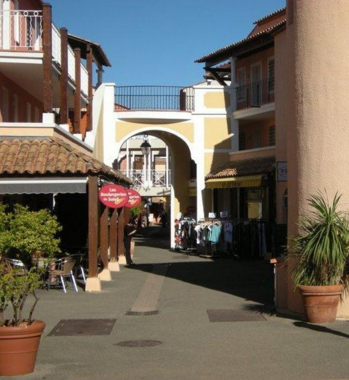 SAINT RAPHAEL village vacances Cap Esterel: dans la rue pietonne local commercia