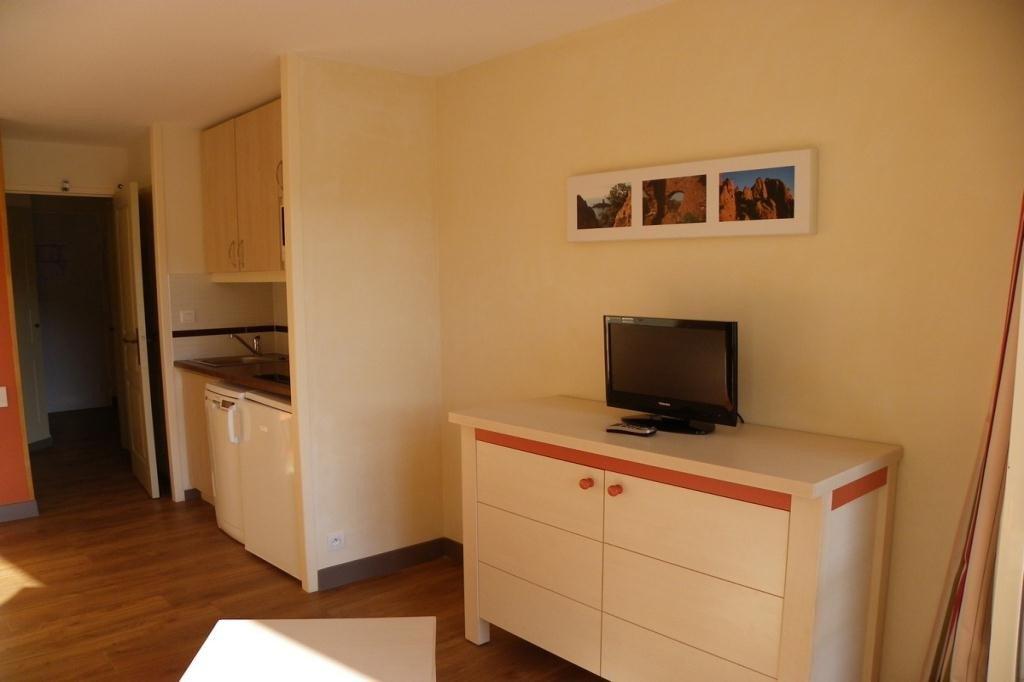 Le séjour et la cuisine de l'appartement de Cap Estérel