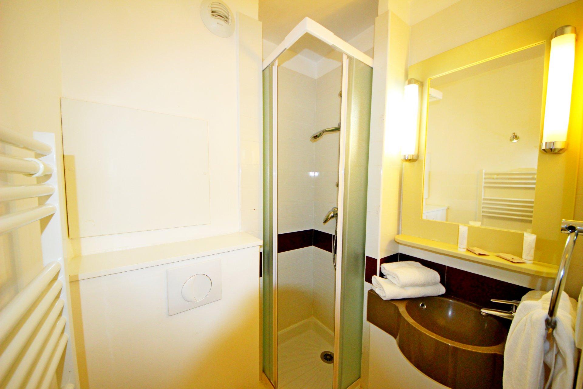 La salle de bain avec douche de l'appartement de Cap Estérel