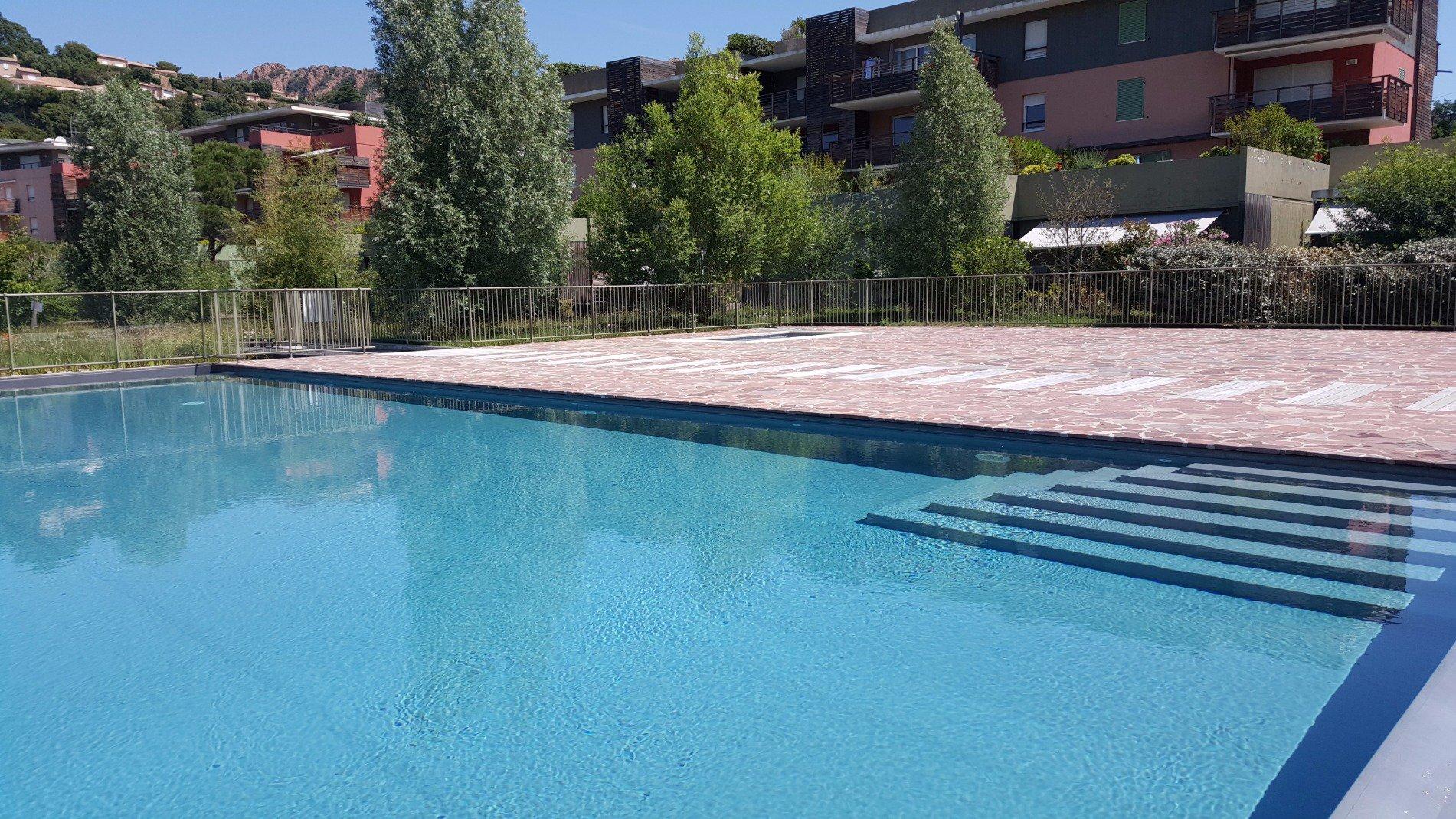 La piscine de la résidence Rive Nature