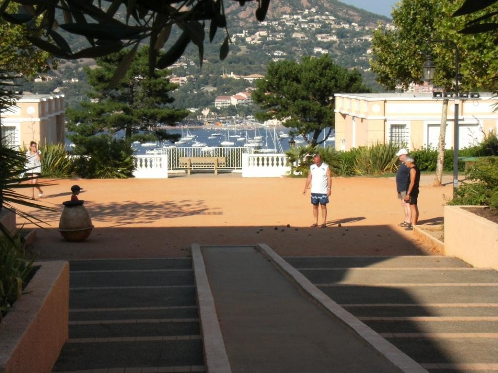 SAINT RAPHAEL village vacances Cap Esterel: rue pietonne local commercial