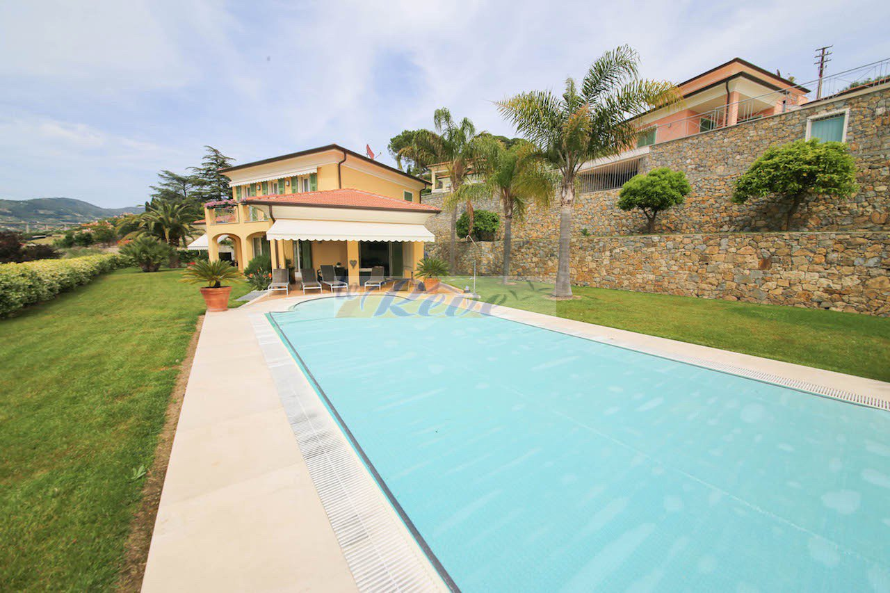 REF IV966 Villa with swimming pool and sea view for sale in Bordighera.