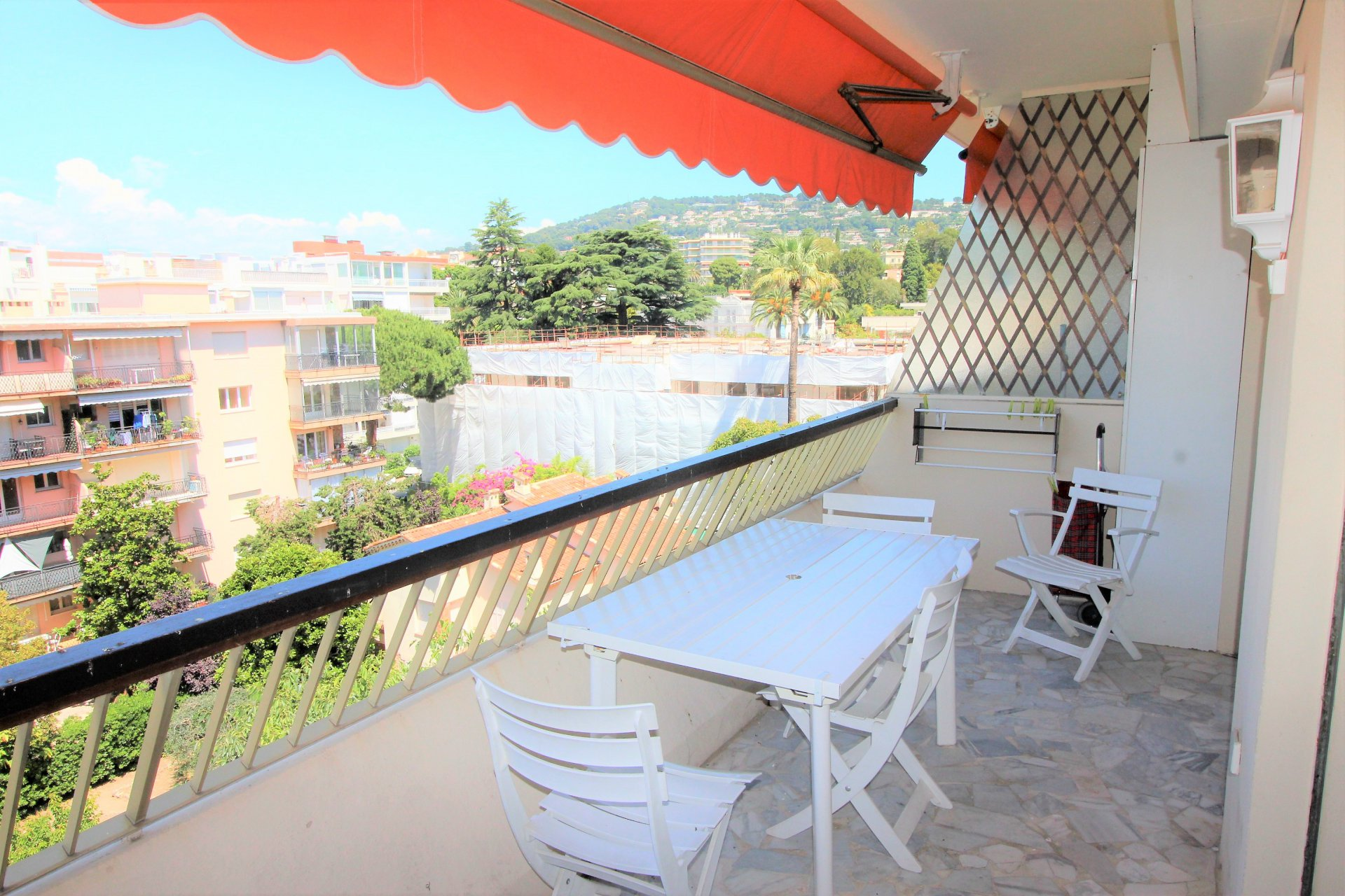 Cannes, near Croisette, one bedroom apartment with terrace, parking and cellar.
